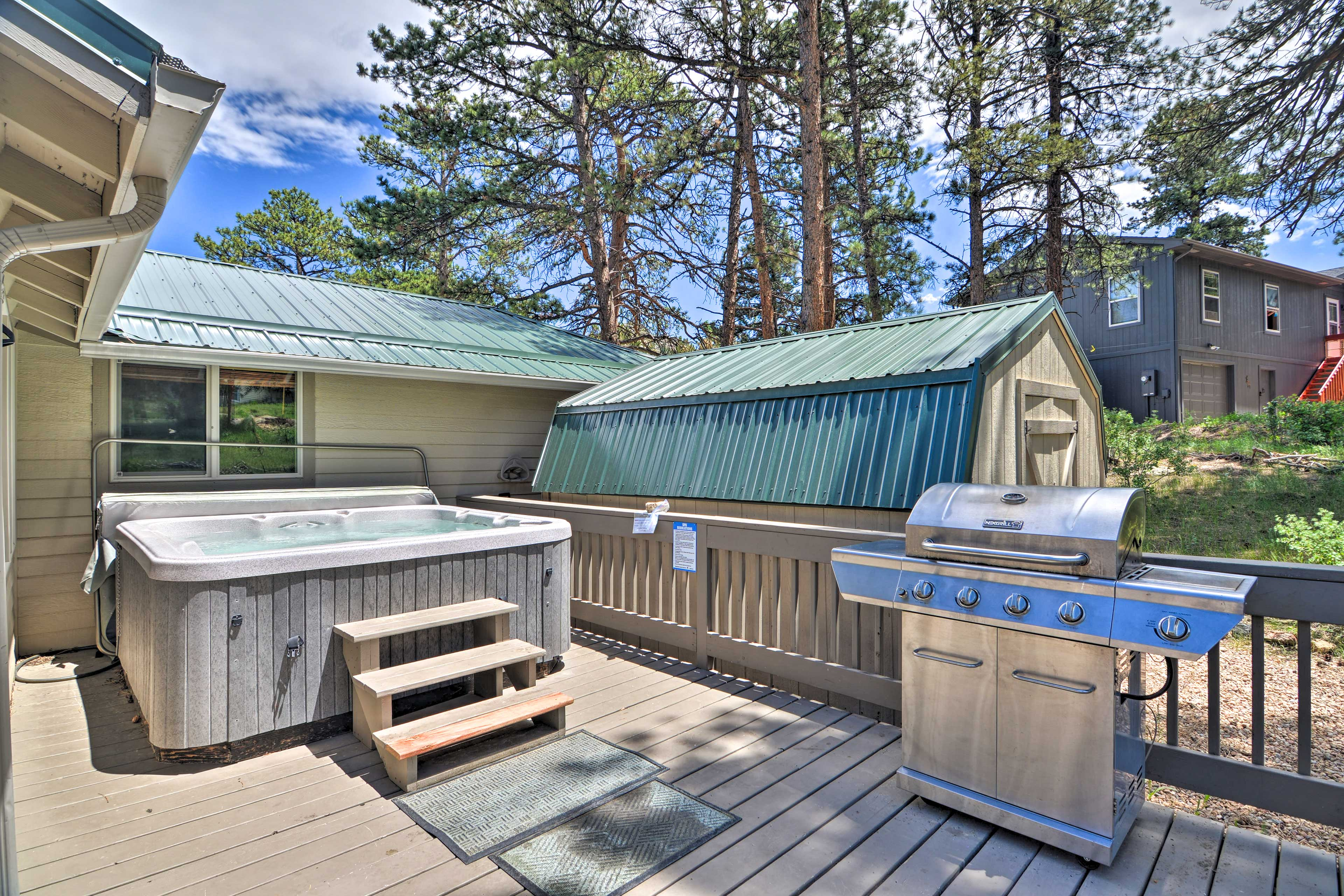 Private Deck   Gas Grill   Hot Tub