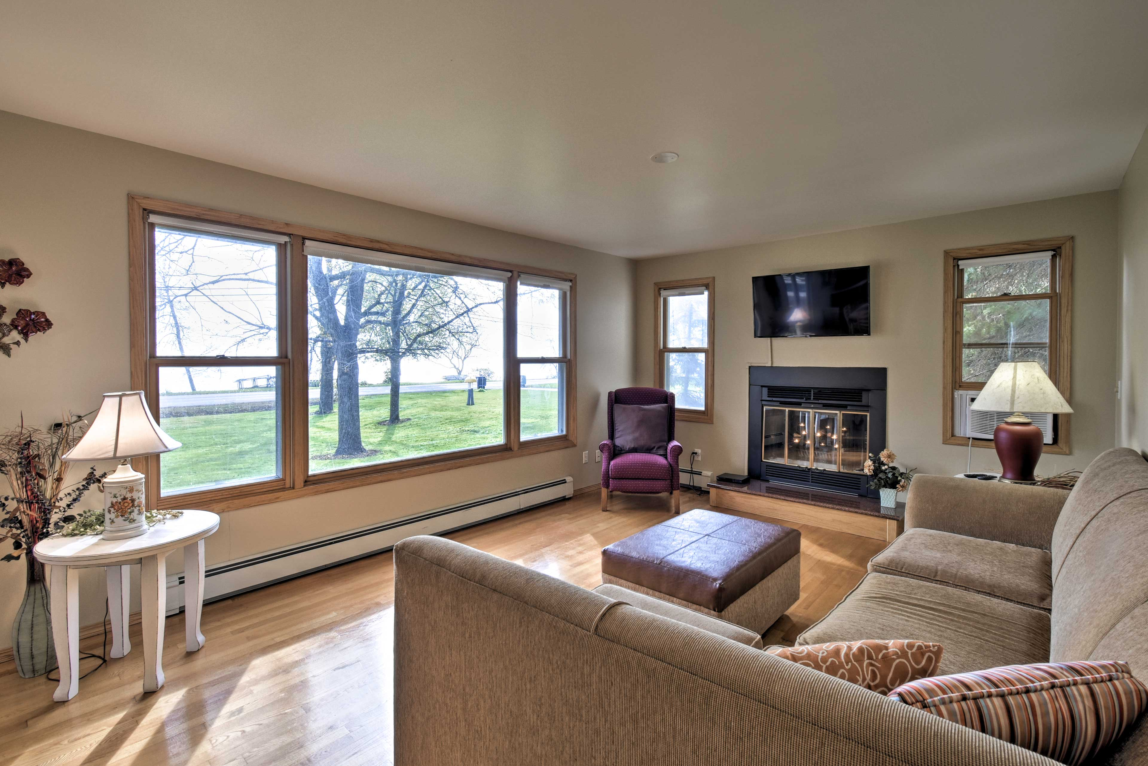 The spacious living room includes a flat-screen cable TV.