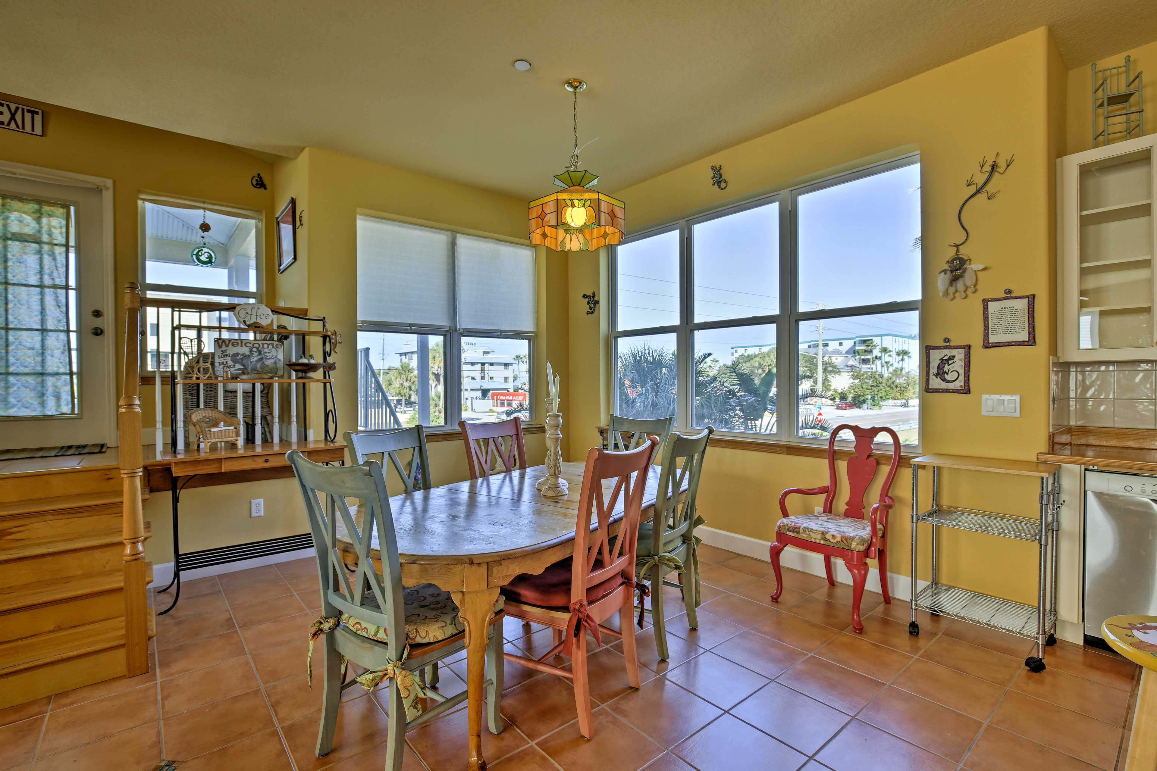 You'll feel right at home as you dine-in with the family at the 6-person table.