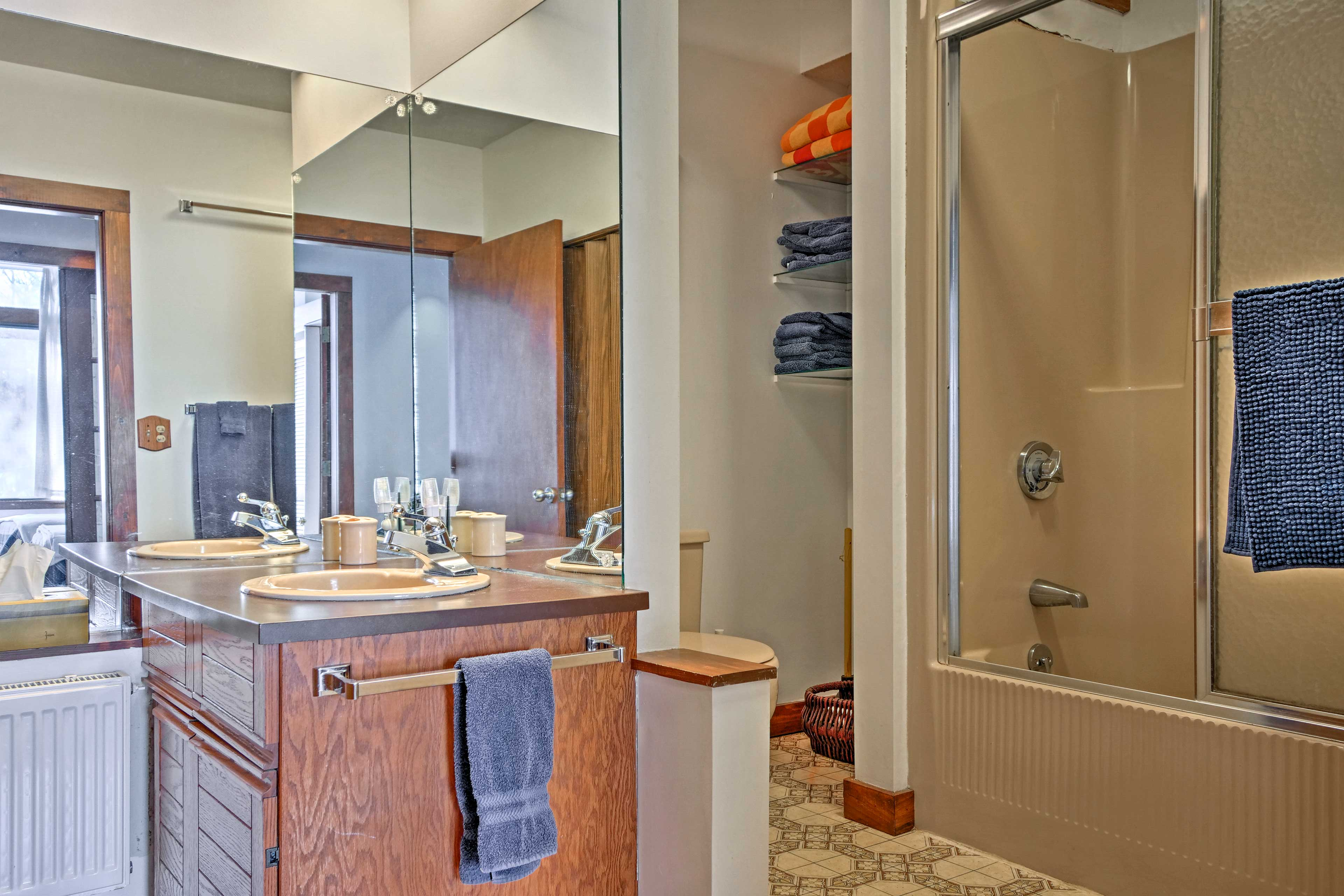 Rinse off the remnants of your hike in this bathroom's shower/tub combo.