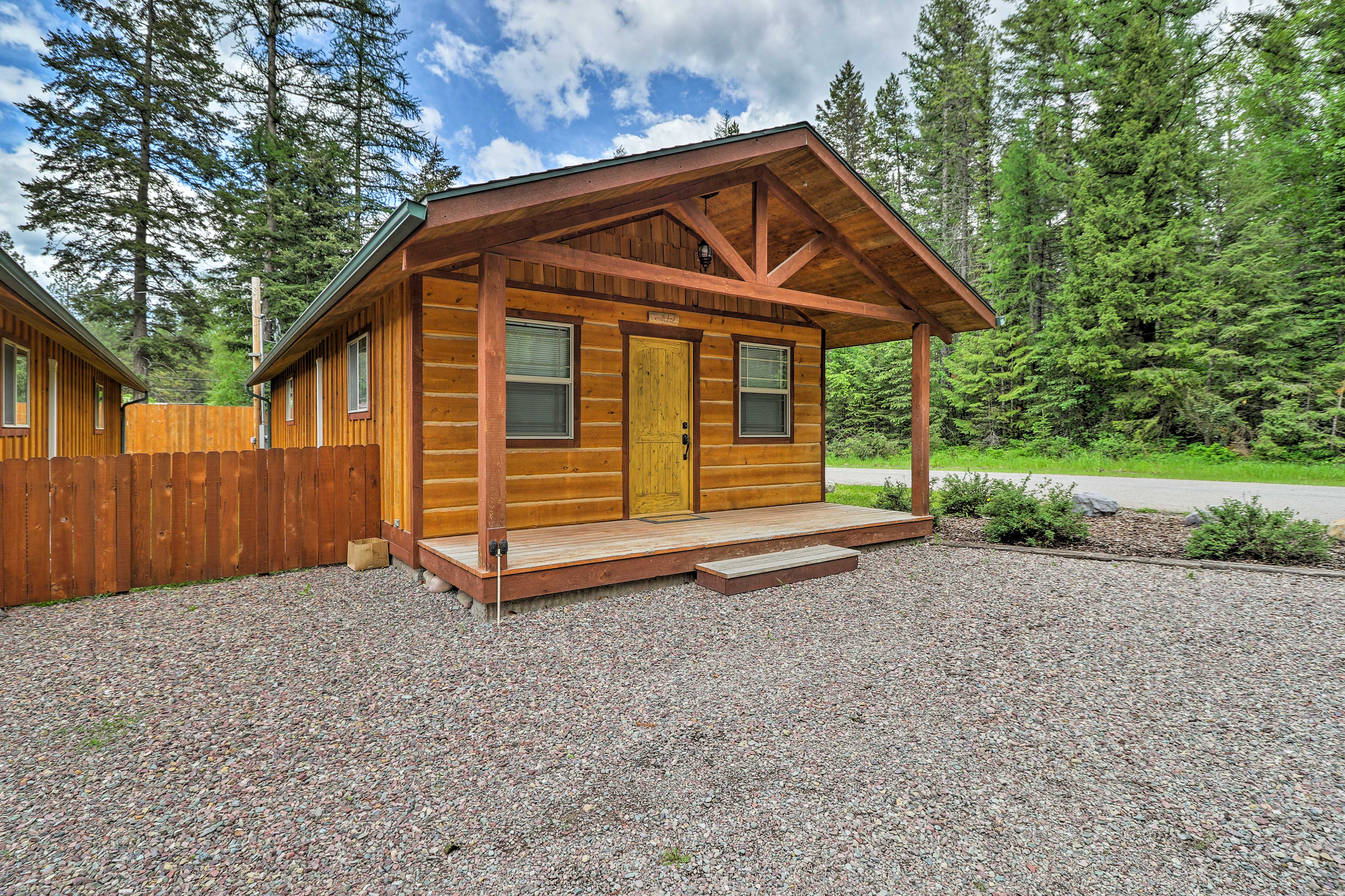 This charming Hungry Horse vacation rental boasts 2 bedrooms and 2 bathrooms!