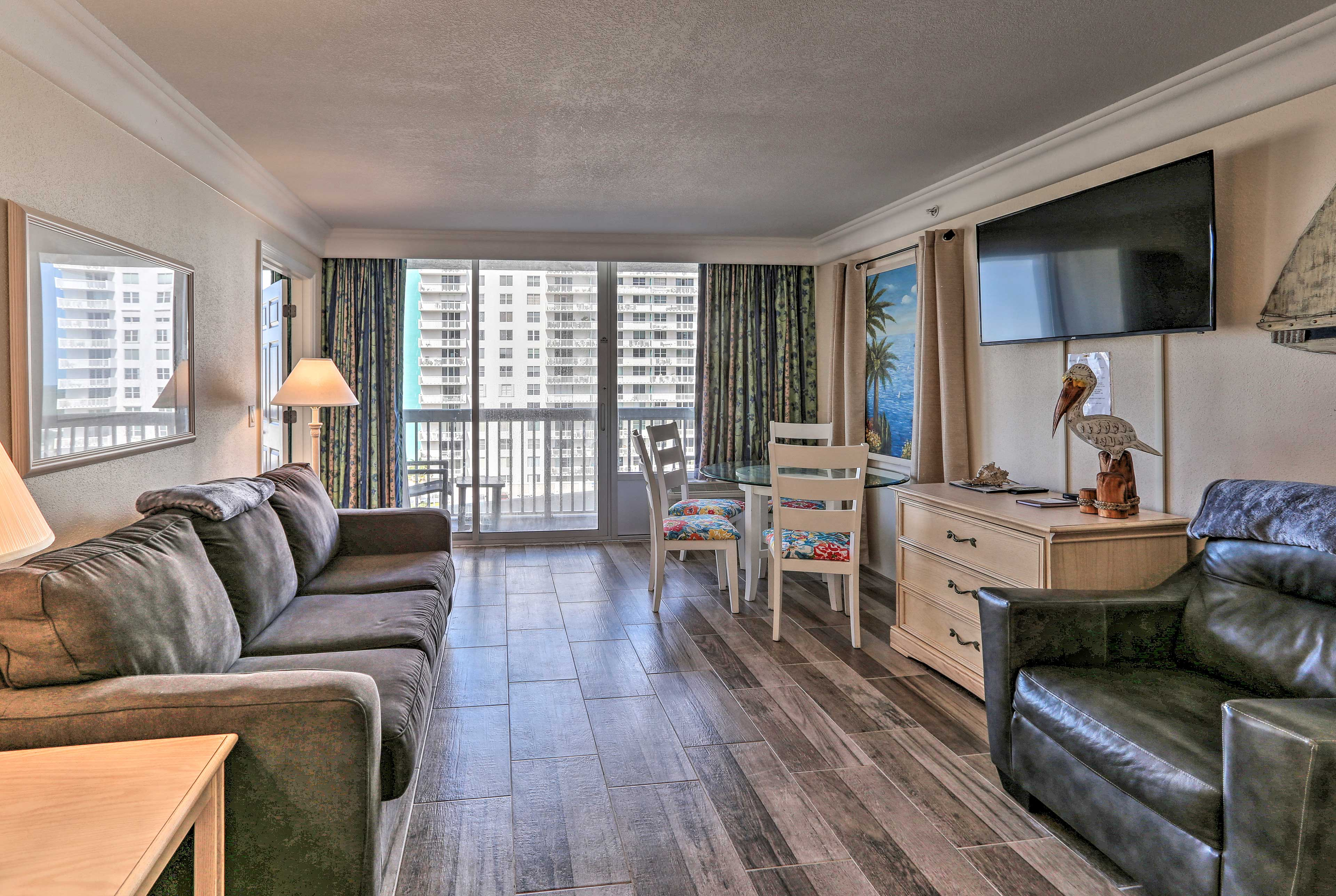 This quaint unit comfortably sleeps 6 with room for 2 more.