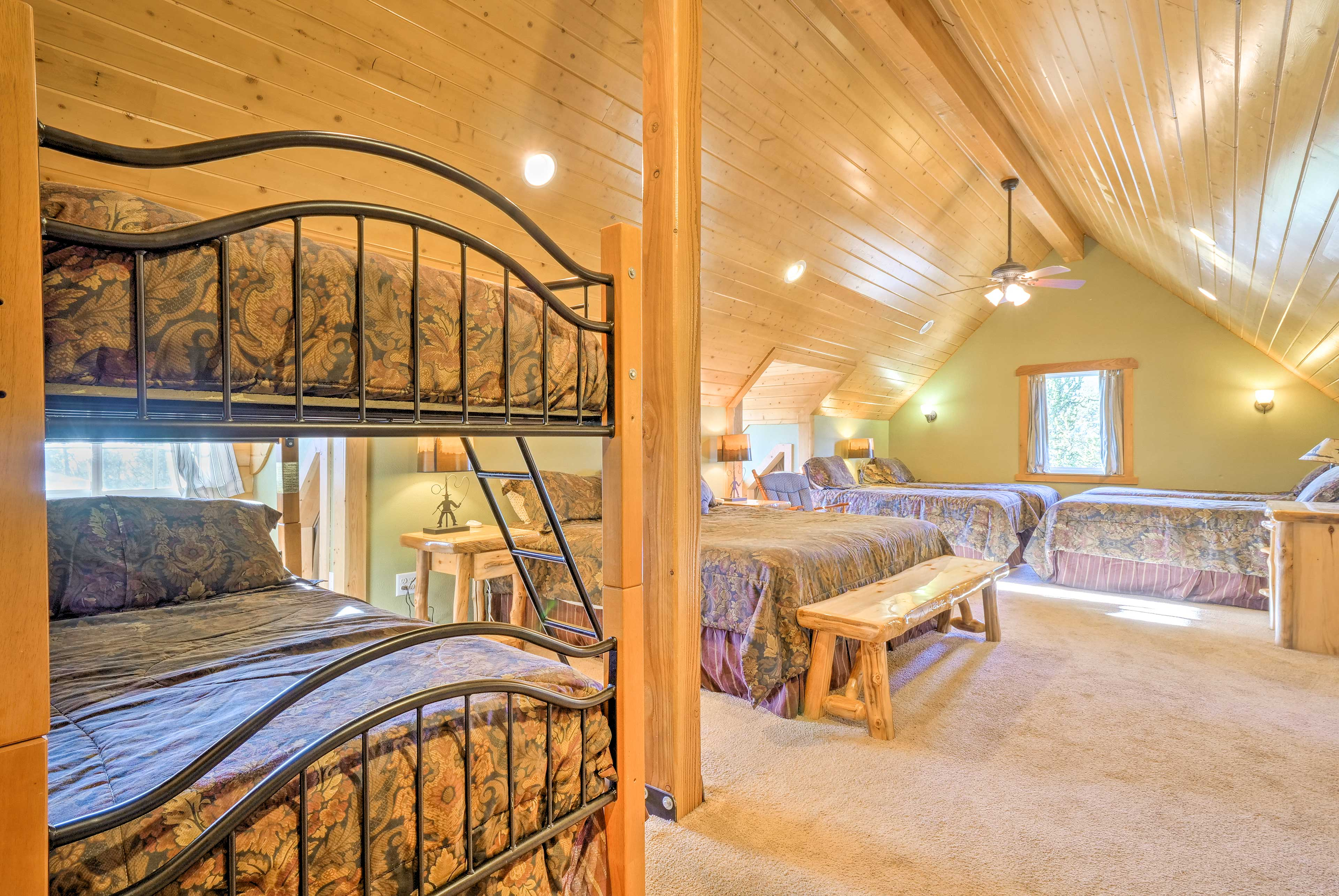 The well-appointed bedroom houses 4 twins, 1 twin-over-twin bunk bed and 1 king.