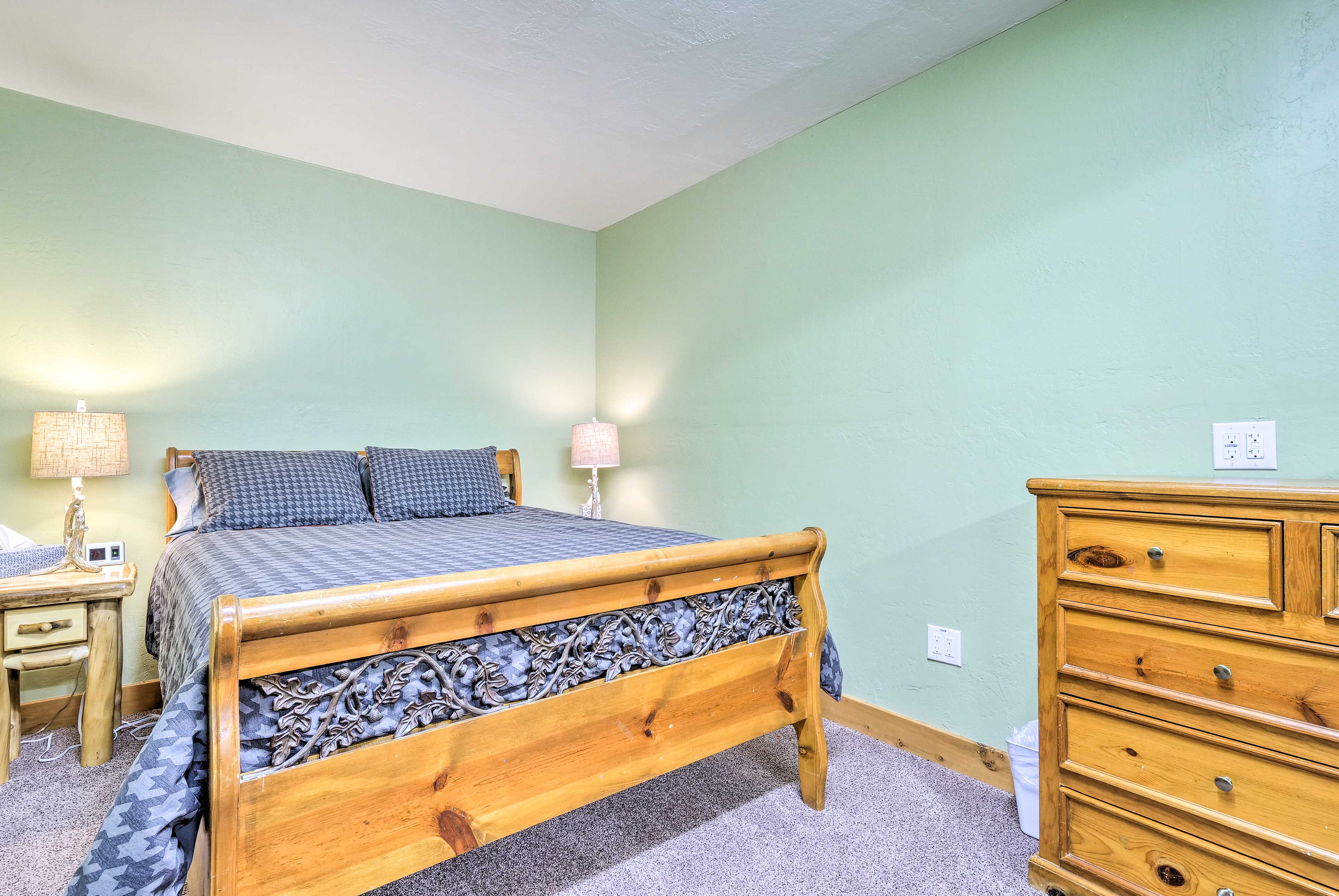 The space provides 8 twin beds and 1 queen bed.