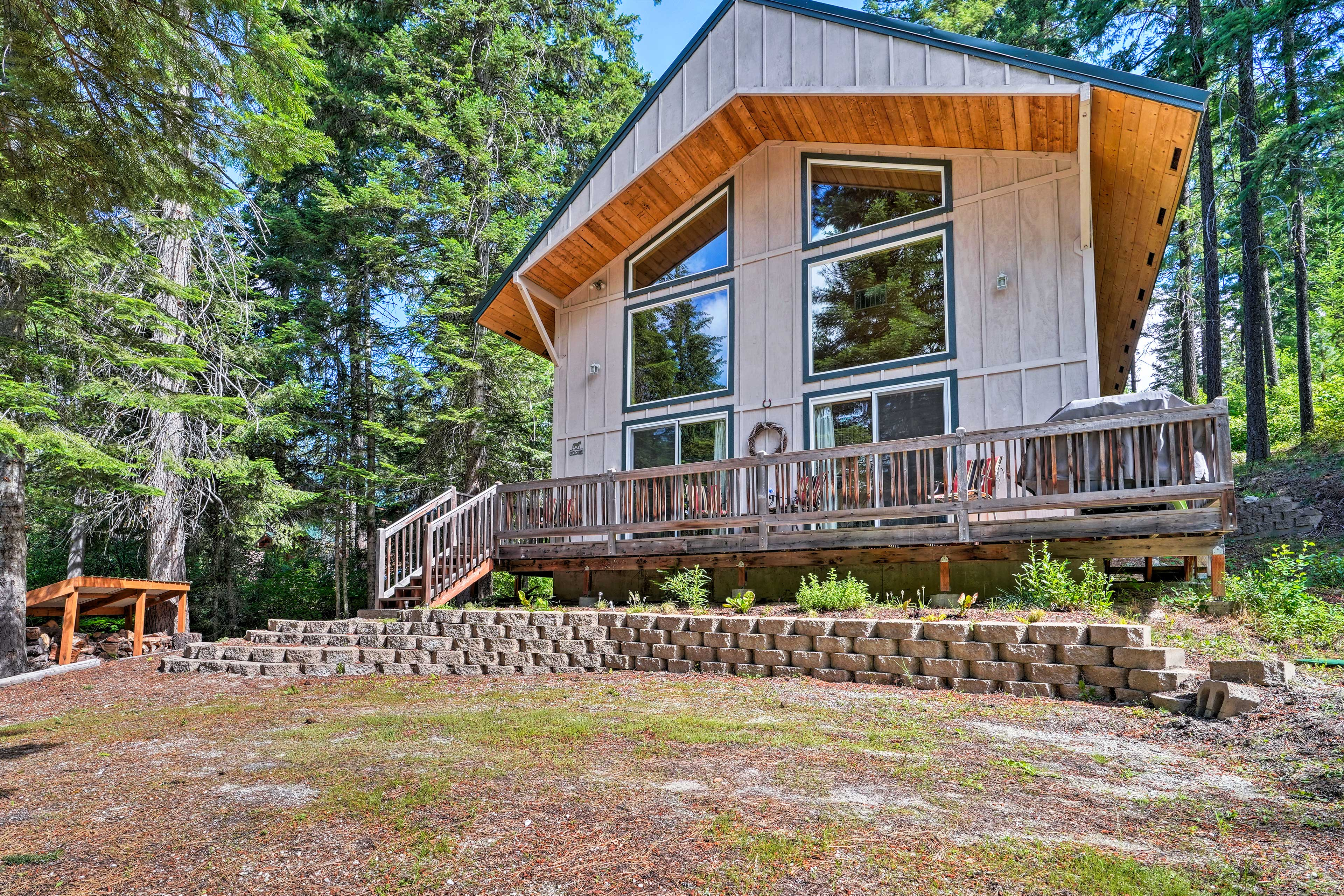 Elevate your Leavenworth holiday with this 2-bedroom, 2-bathroom vacation rental cabin.