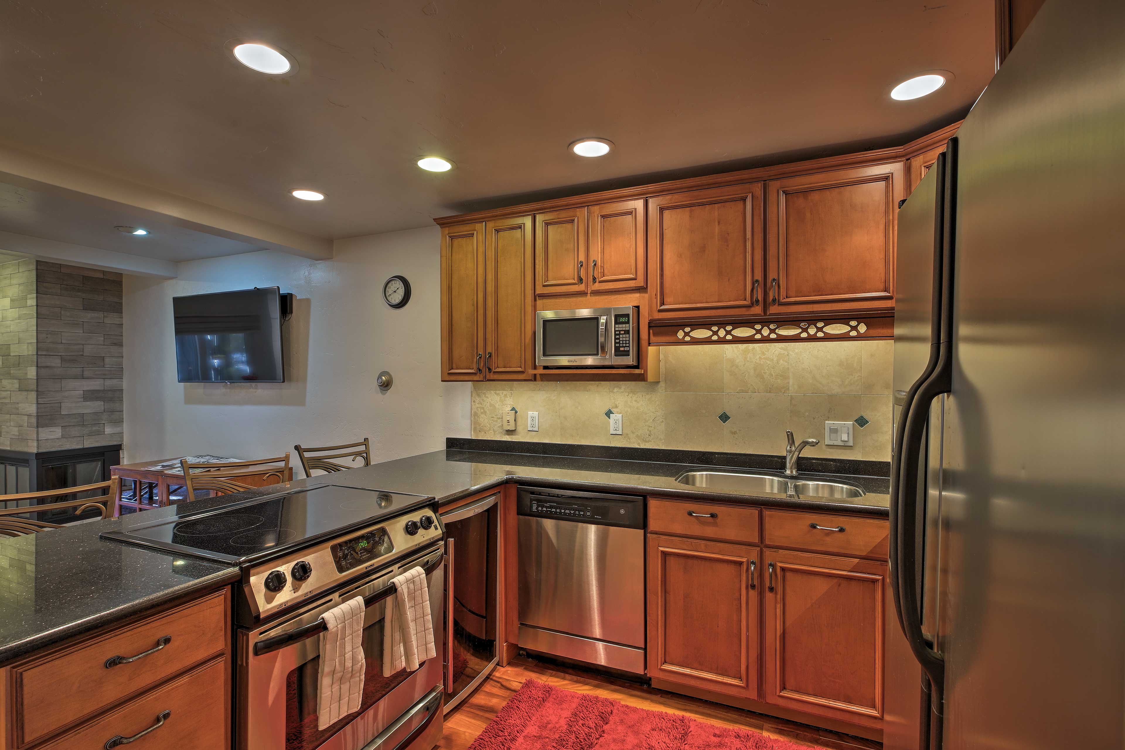 The fully equipped kitchen has stainless steel appliances & granite counters.