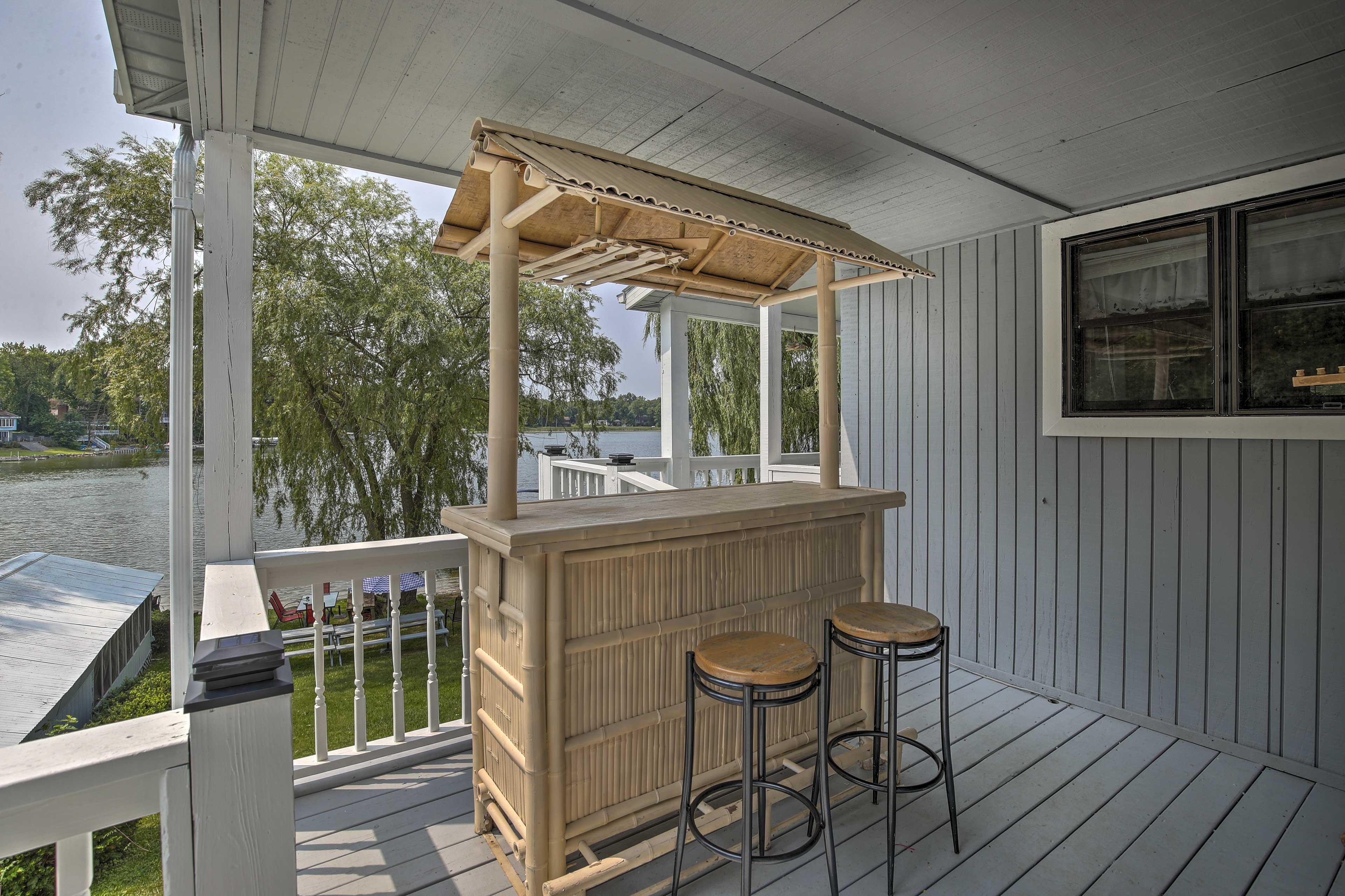 Upper-Level Deck   Bar