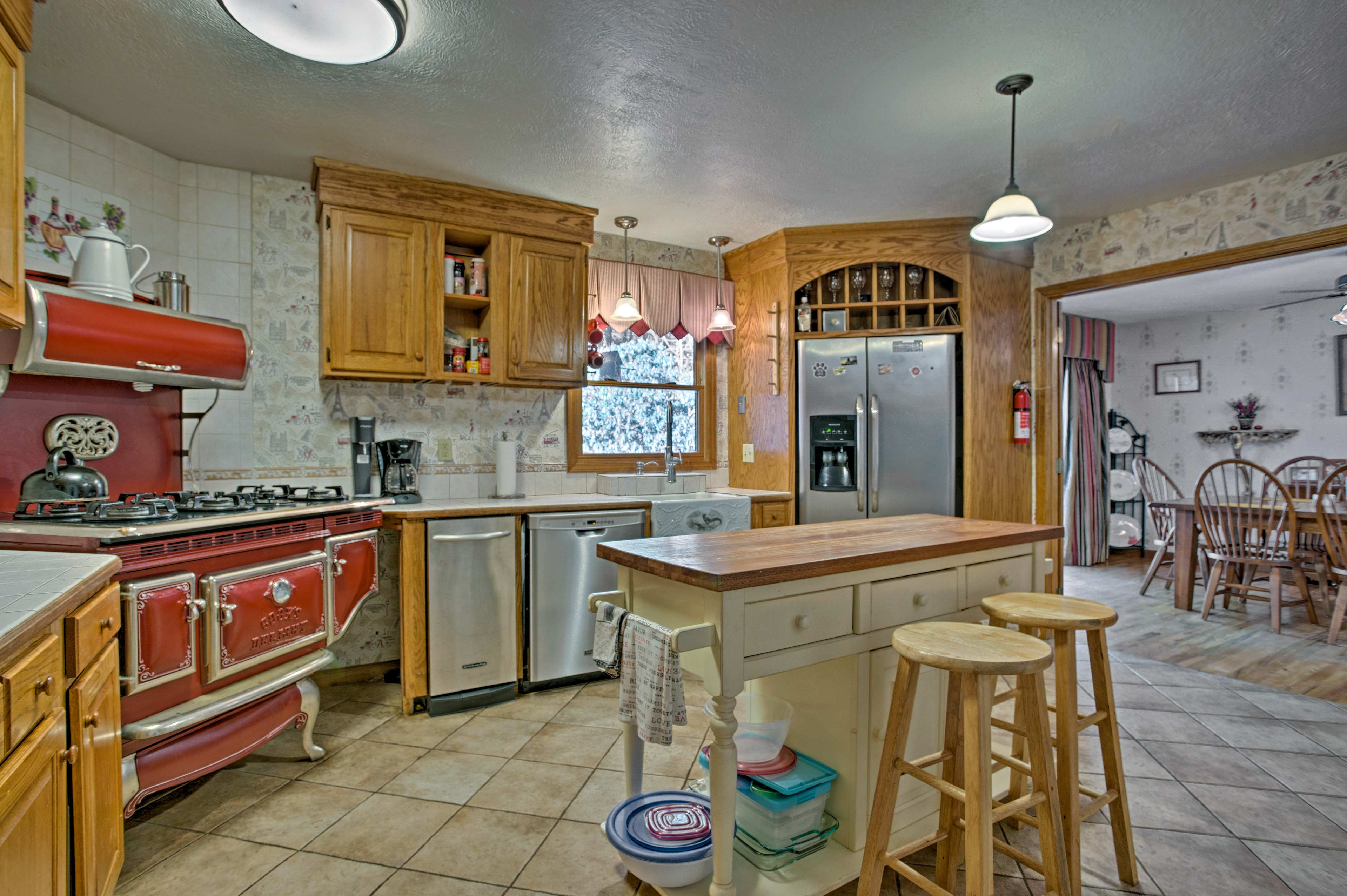 Prepare mouthwatering meals in the fully equipped kitchen.