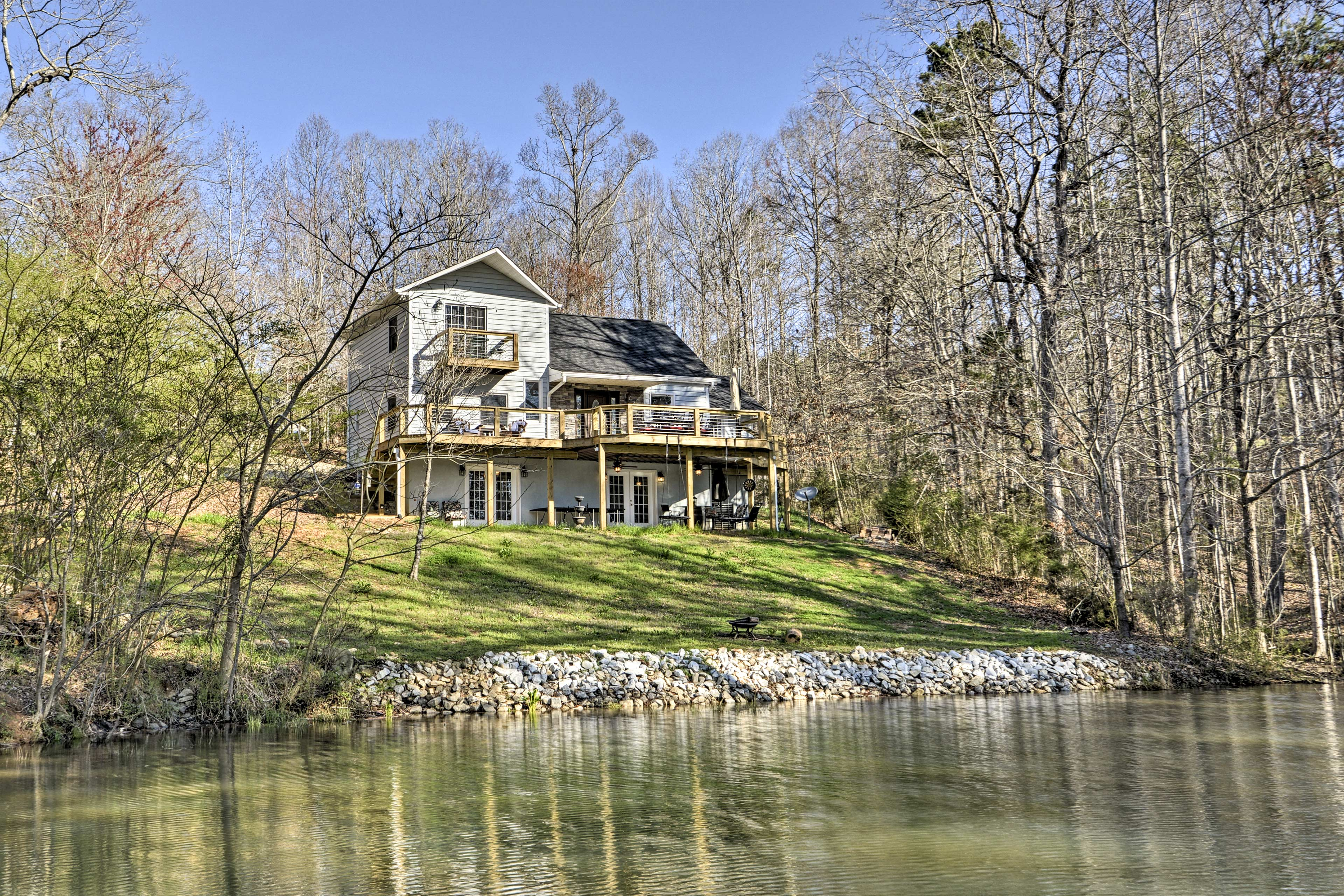This 3-bed, 2-bath vacation rental home in West Union is ideal for large groups.