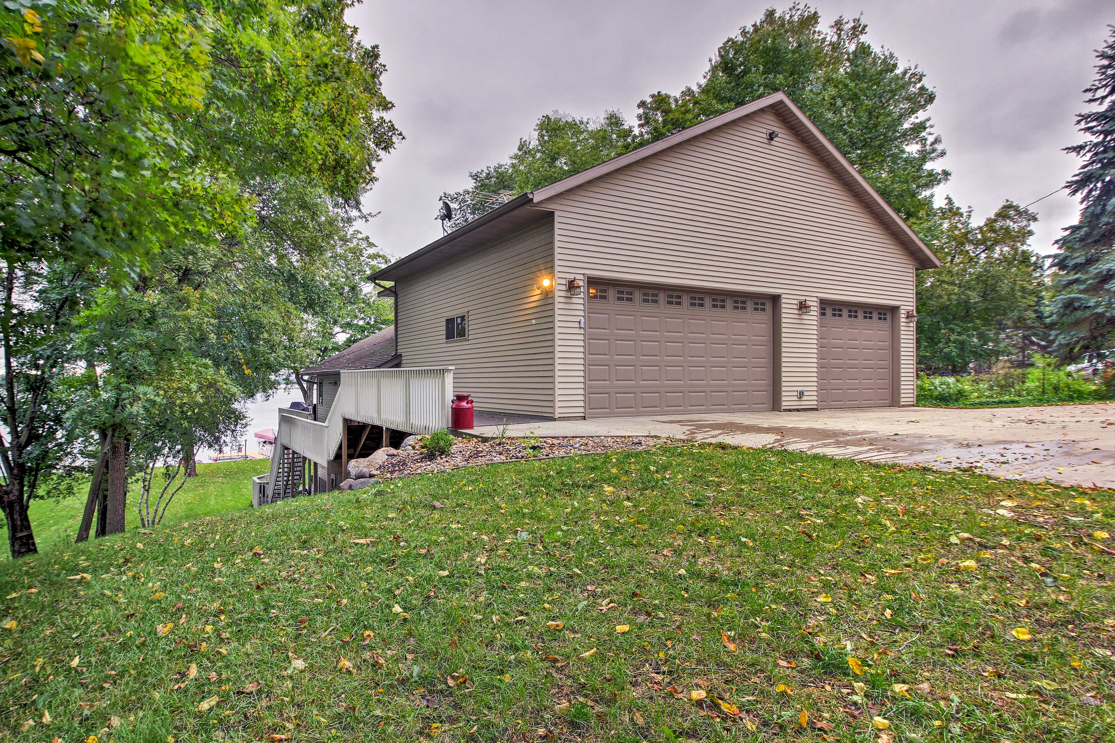 Garage and driveway parking provides added convenience to your lake getaway!