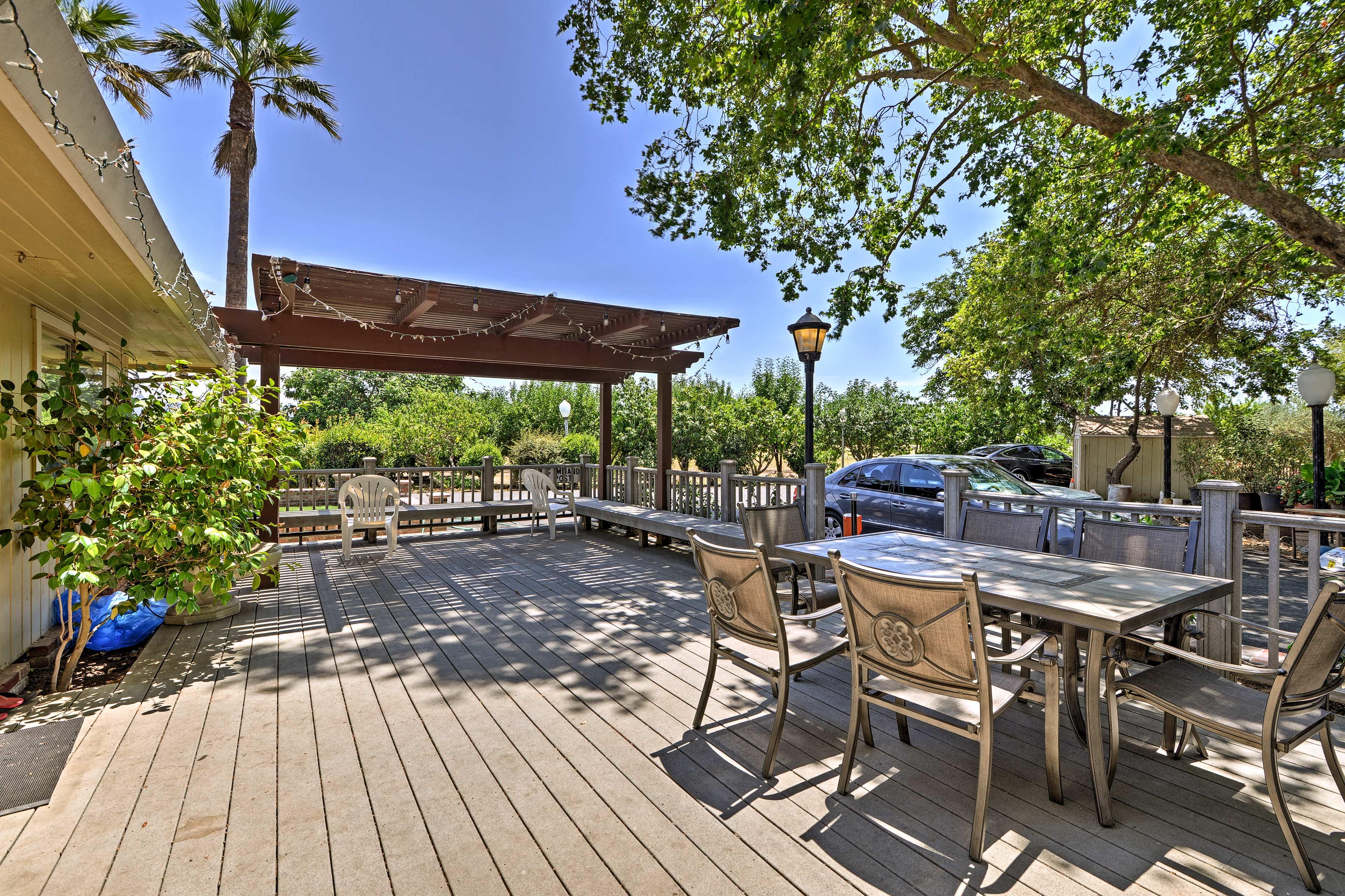 Dine al fresco around the 6-person outdoor table.