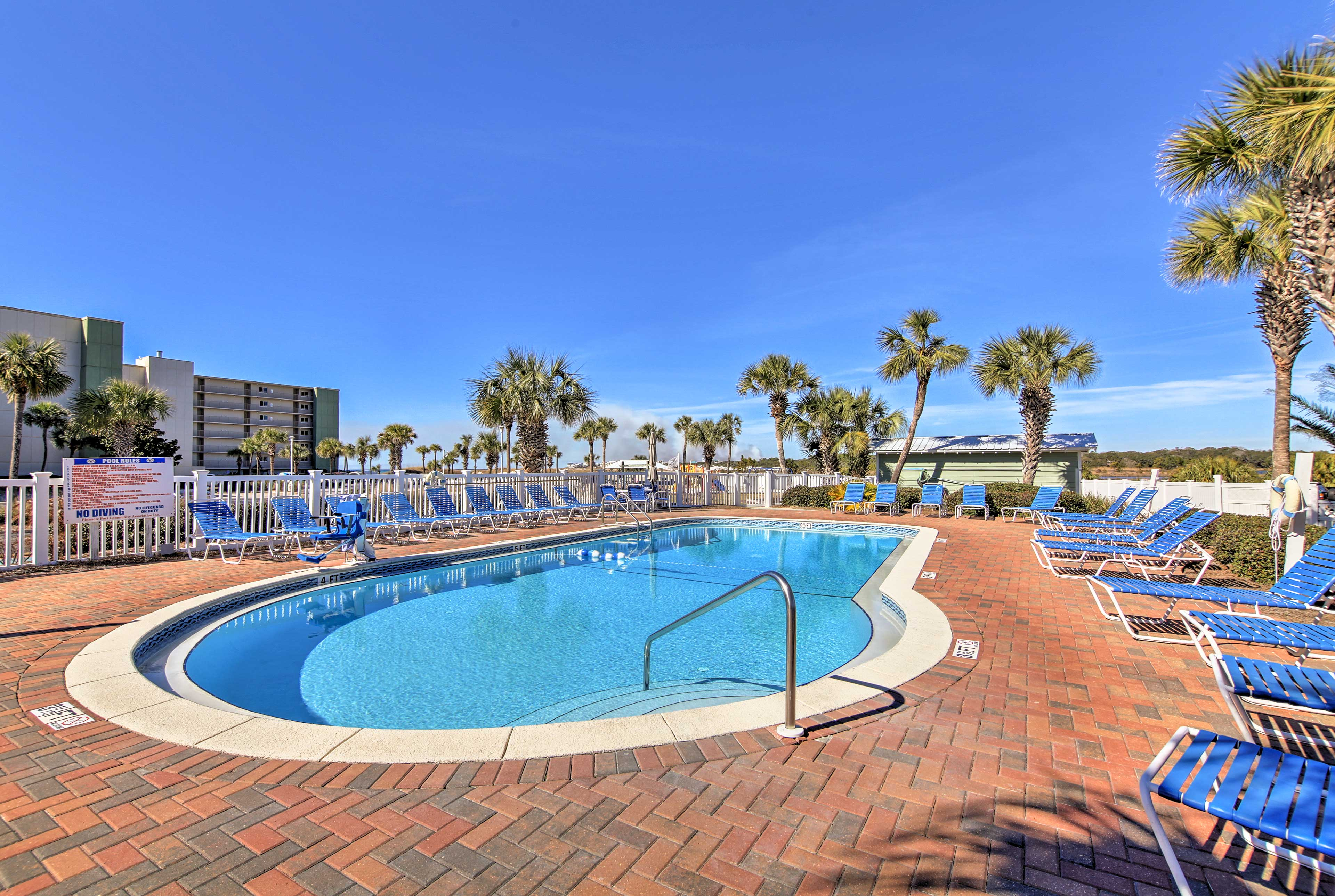 Located in the Pinnacle Port condos, this condo offers tons of amenities!