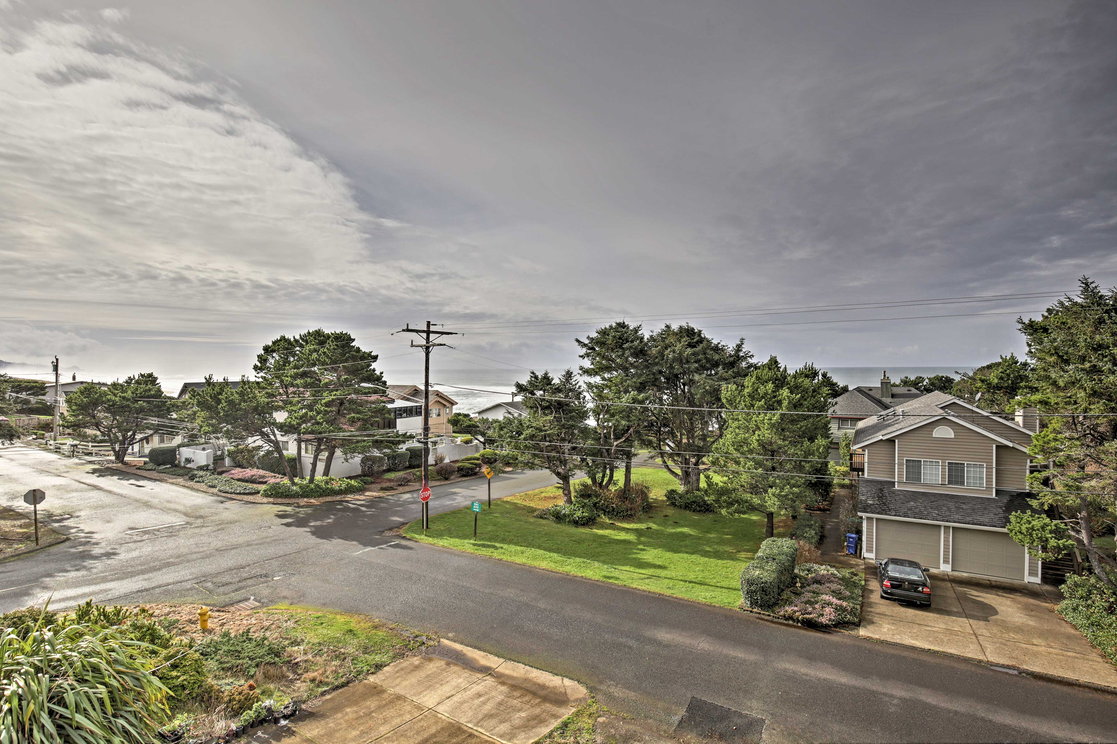 Walks just 8 houses down to Siletz Bay.