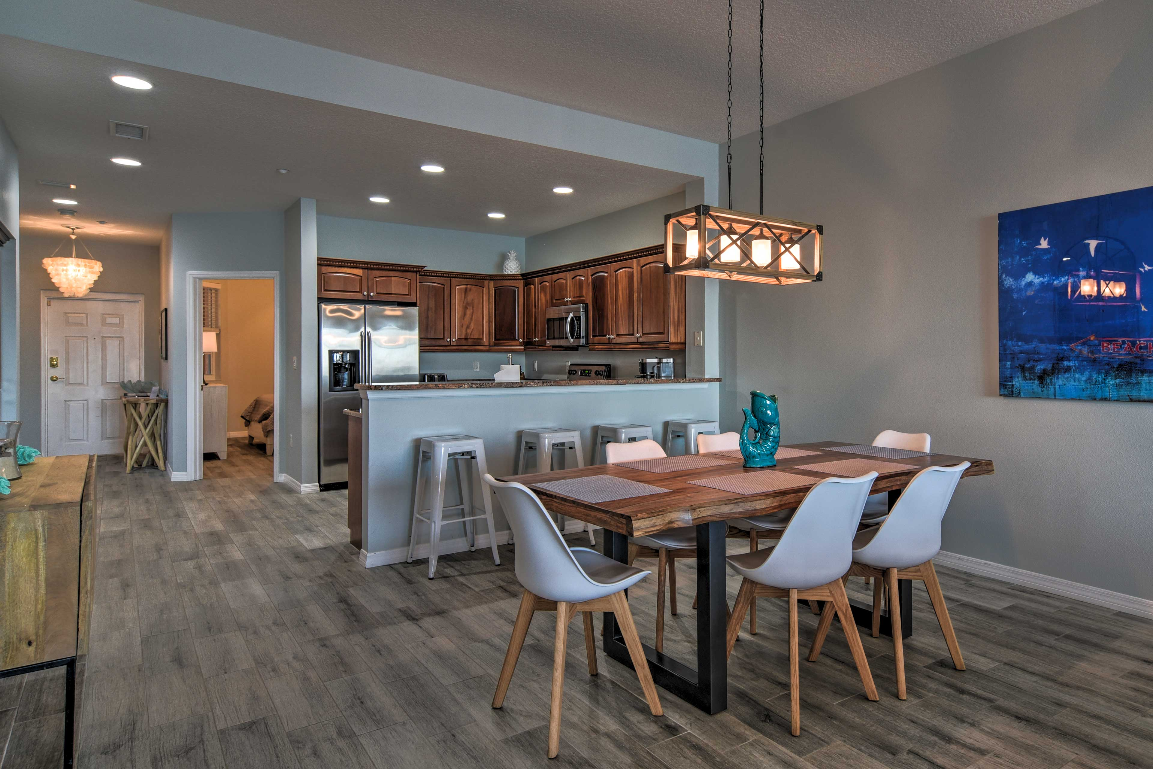 Dining Area | 4-Person Breakfast Bar
