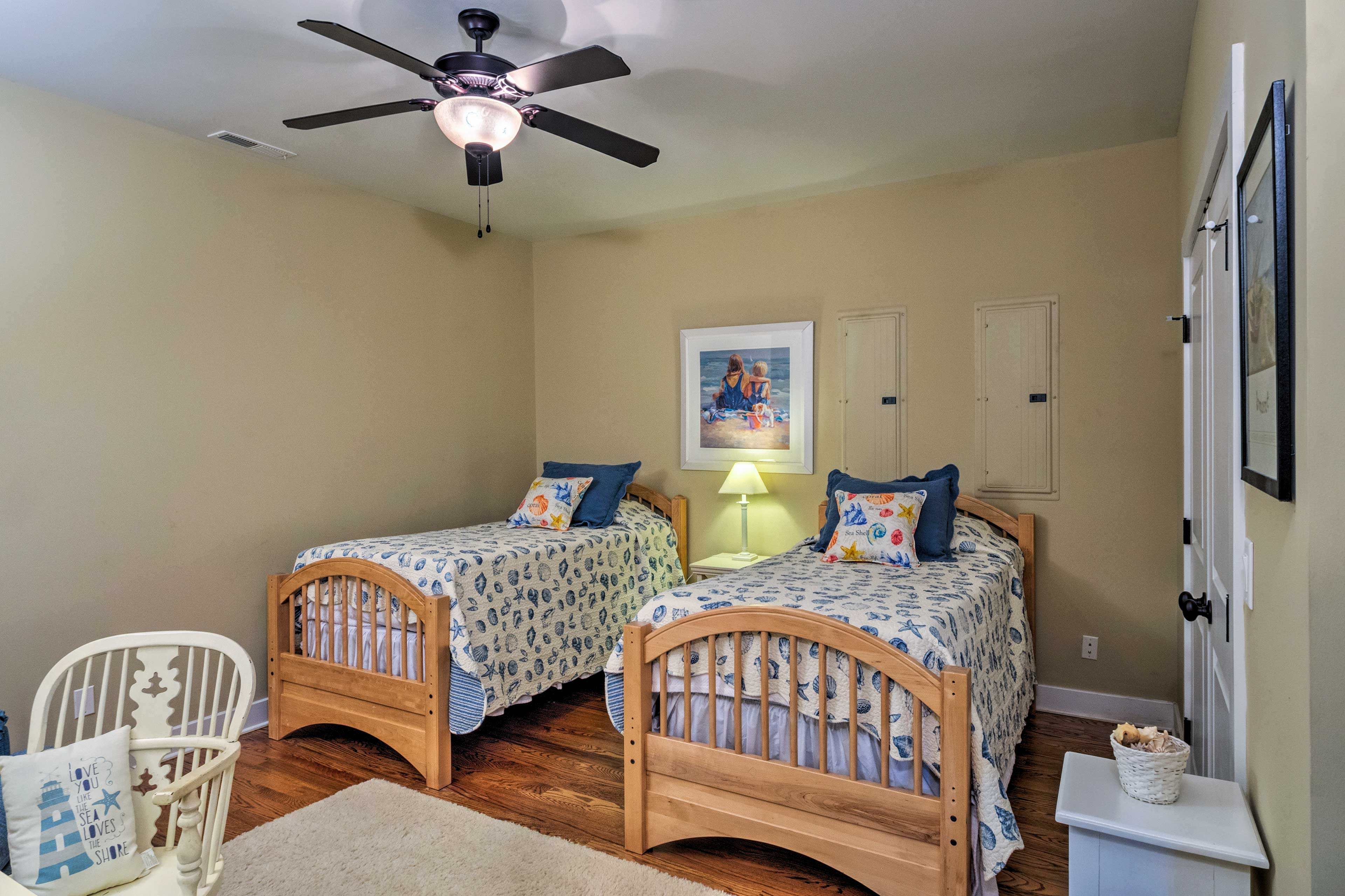 This bedroom with 2 twin beds is ideal for the kids!