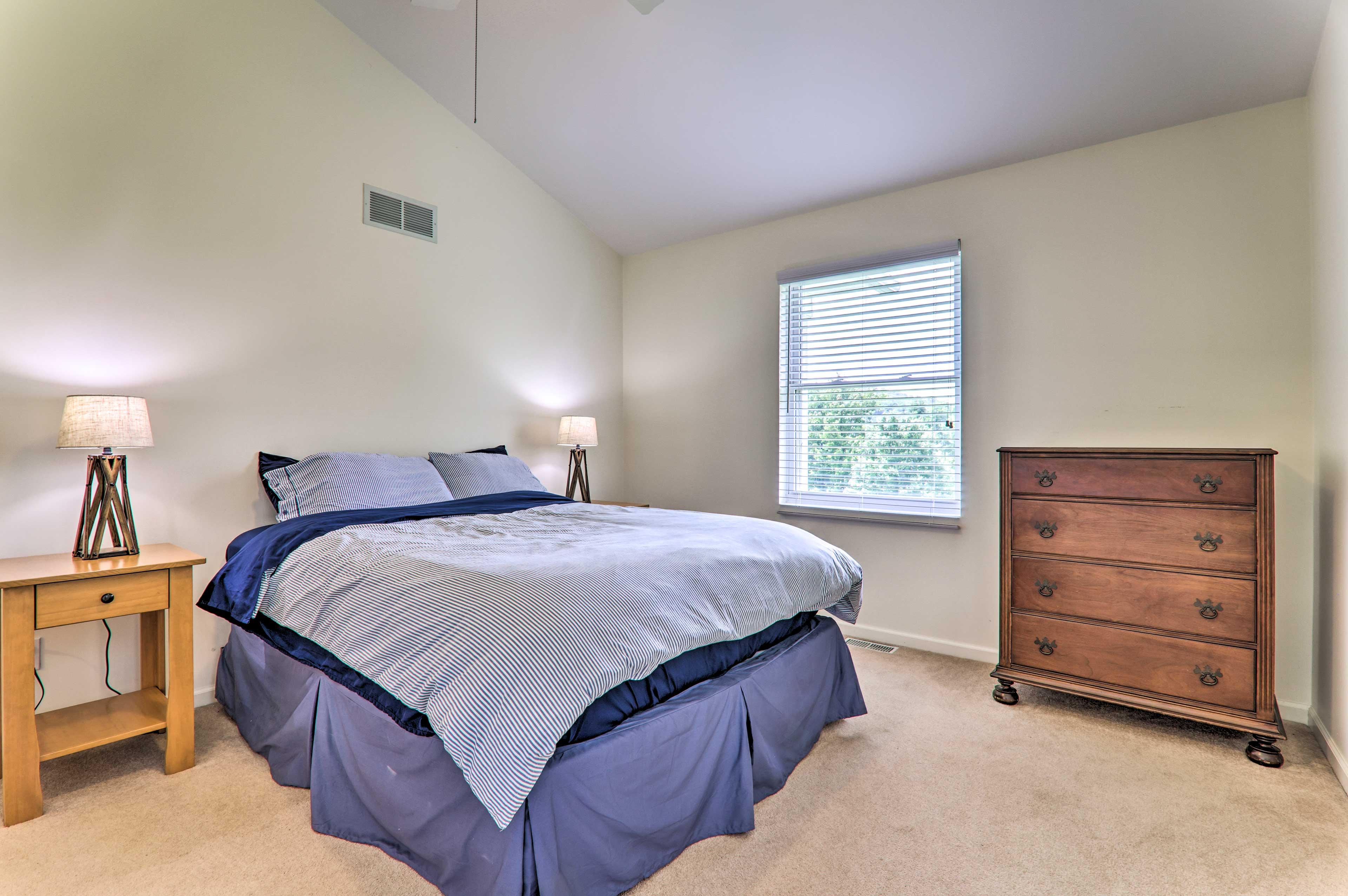 Bedroom 2   Queen Bed   1st Floor