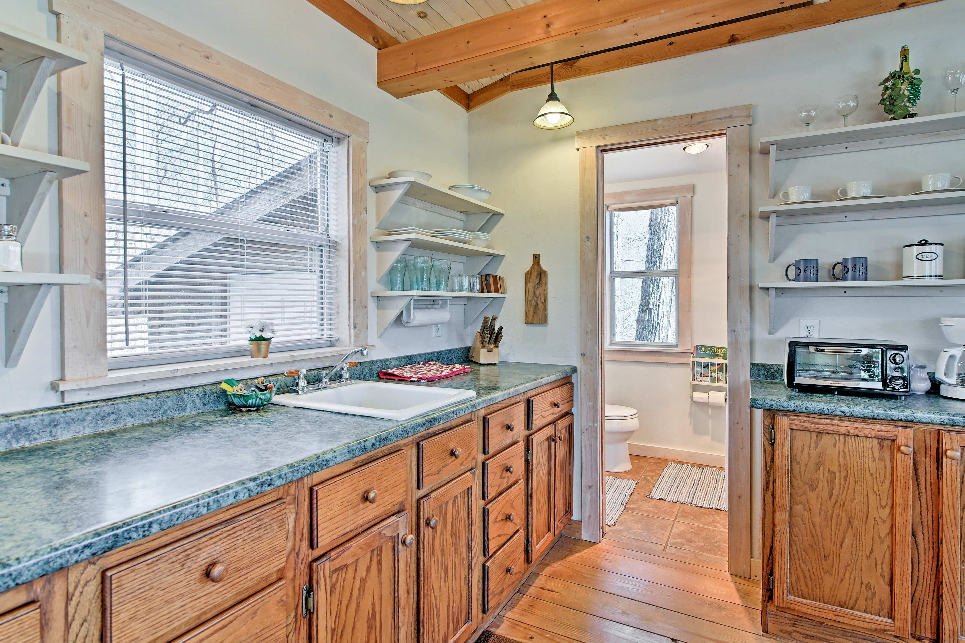 The well-equipped kitchen has everything you need to prepare a home-cooked meal.