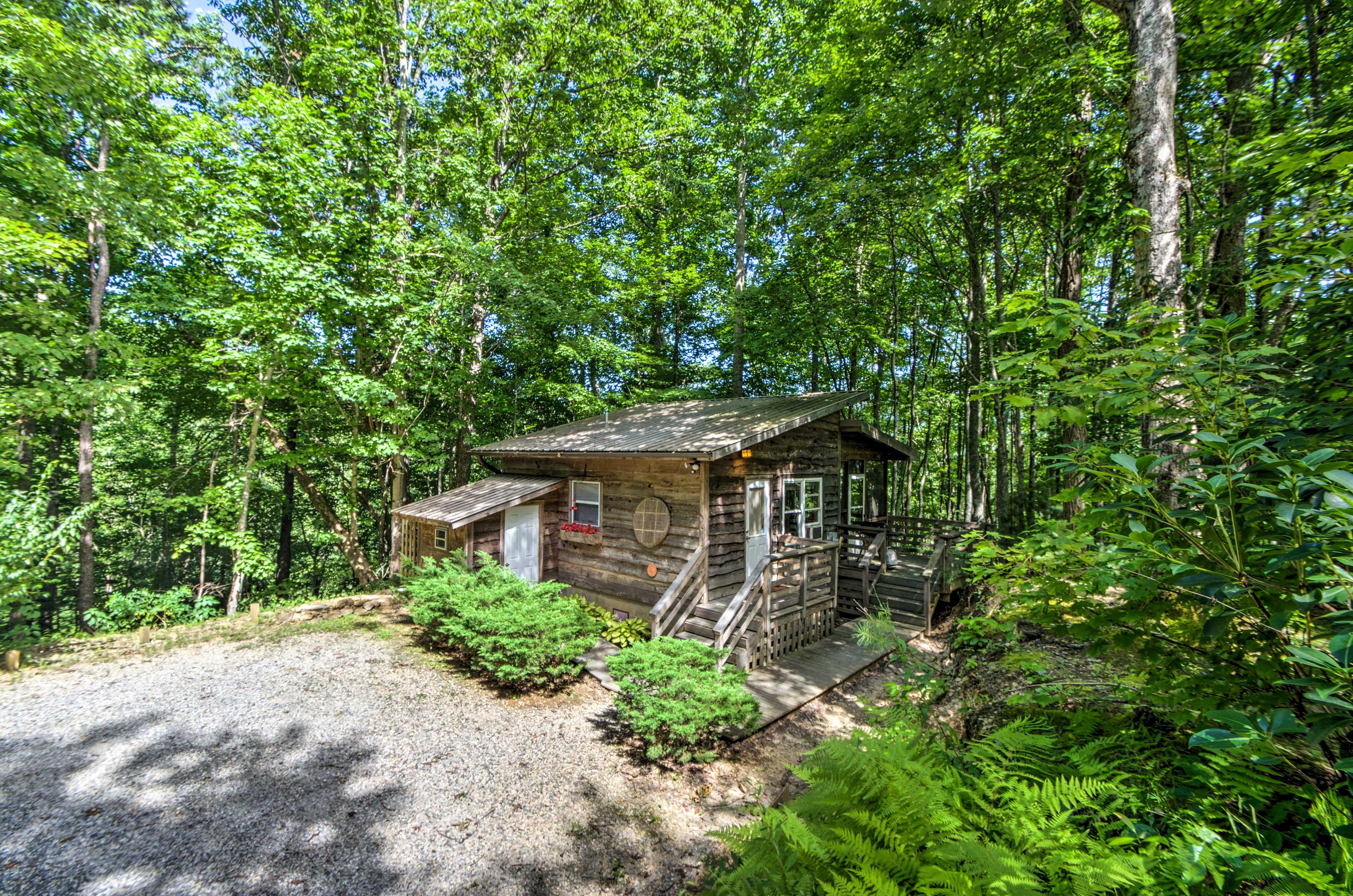Escape to this 1-bathroom vacation rental efficiency cabin in Robbinsville.