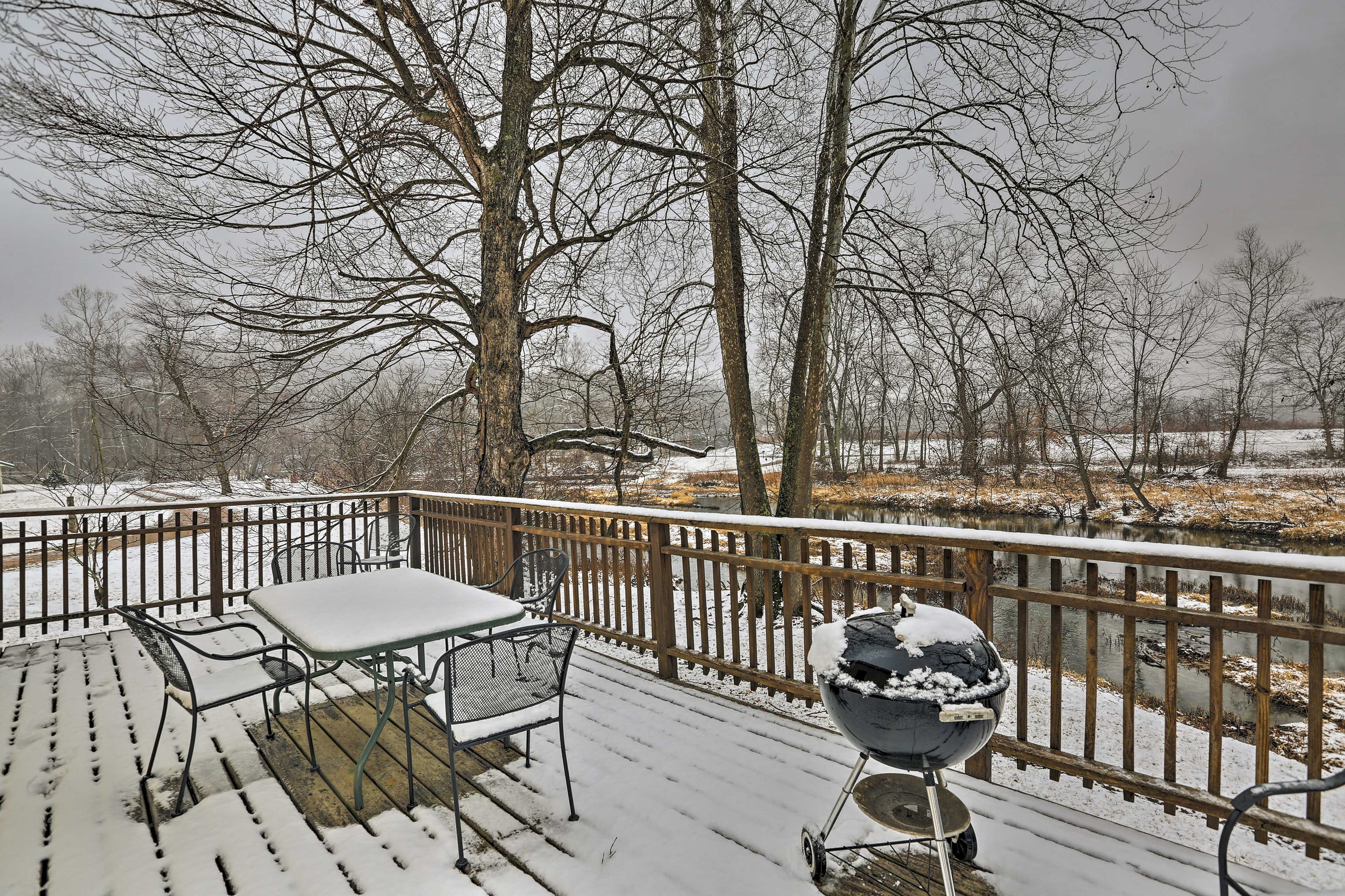 This vacation rental for 6 offers a back deck and an electric fireplace.