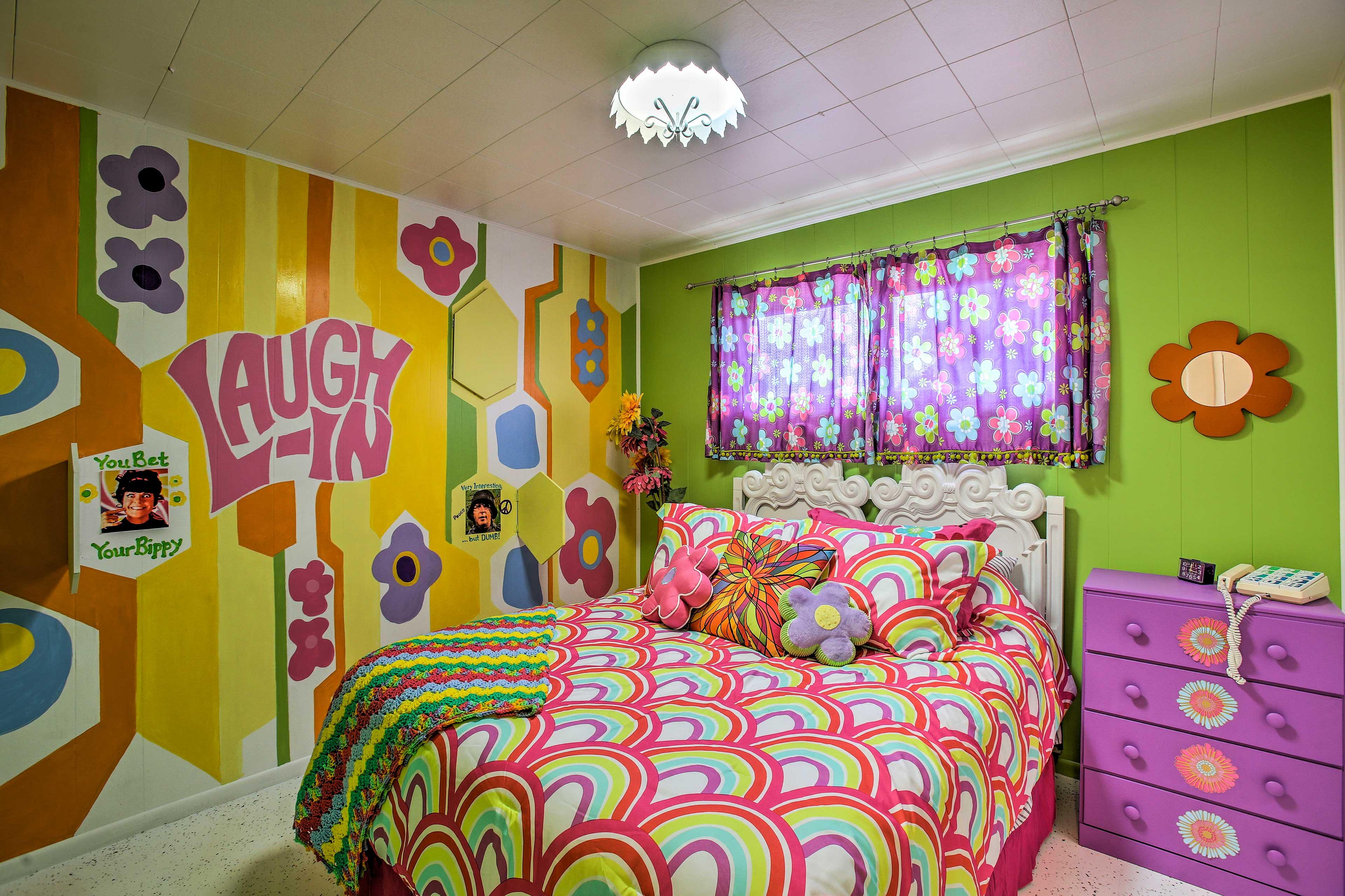 Bedroom 2 (Laugh-In) | Queen Bed