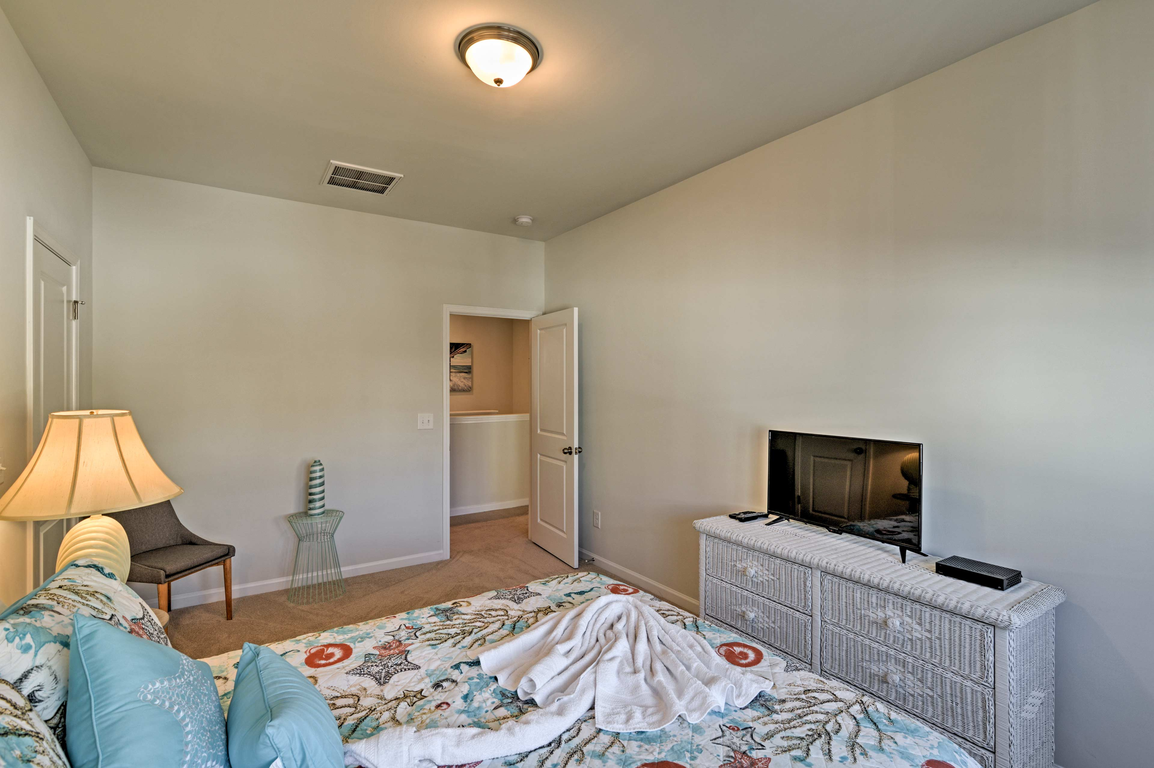 The room also features a 32-inch flat-screen cable TV.