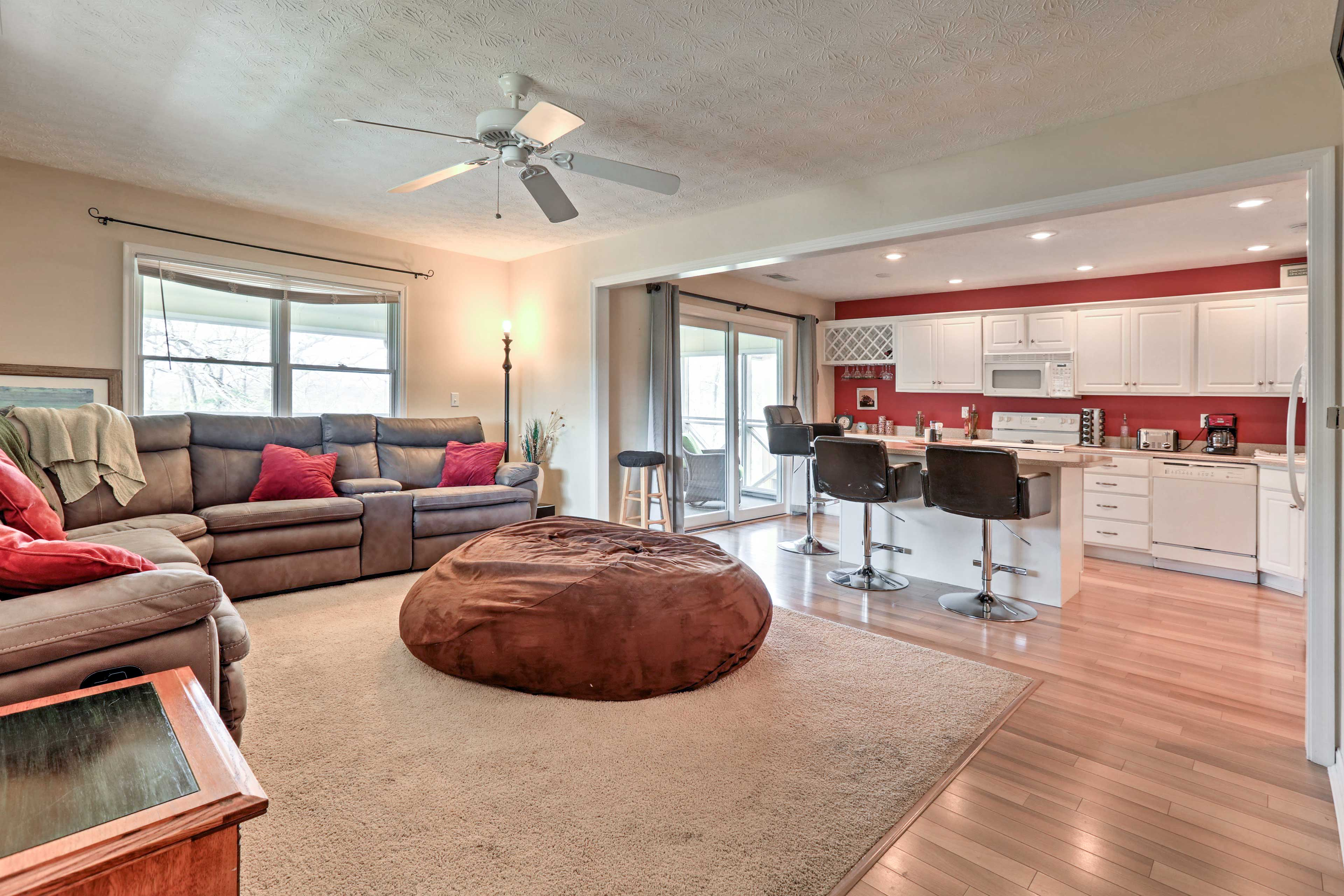 Make yourself at home in this cozy Bronston vacation rental for 7.