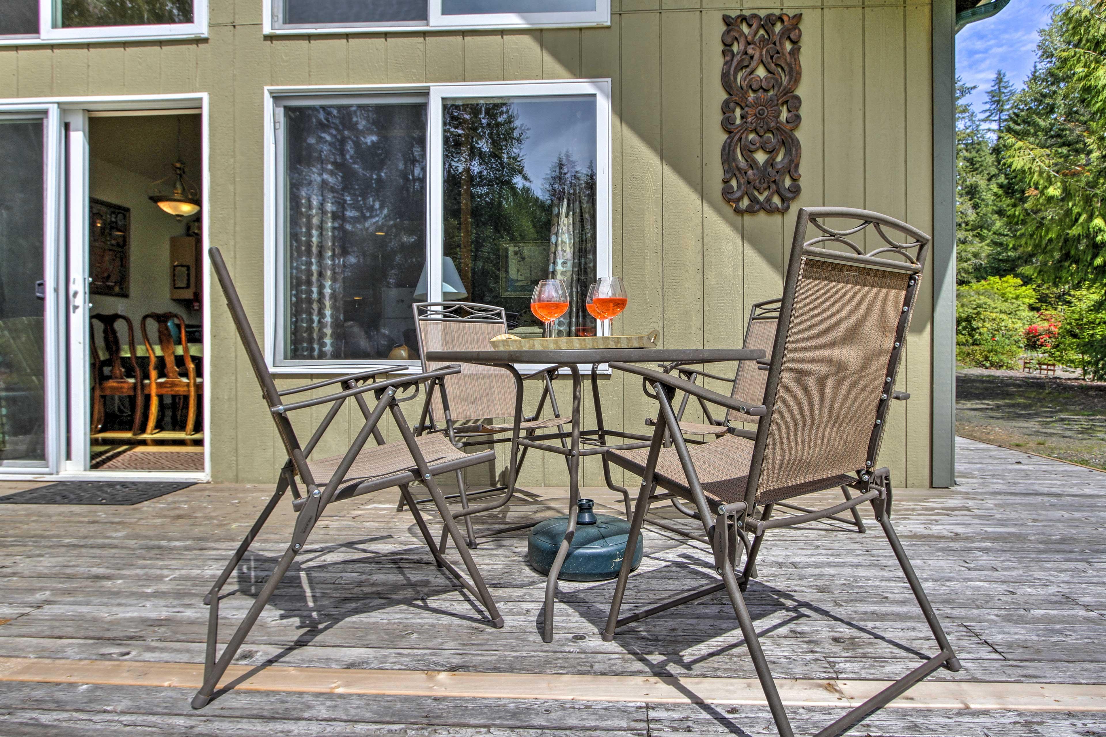 Dine al fresco on the furnished deck!