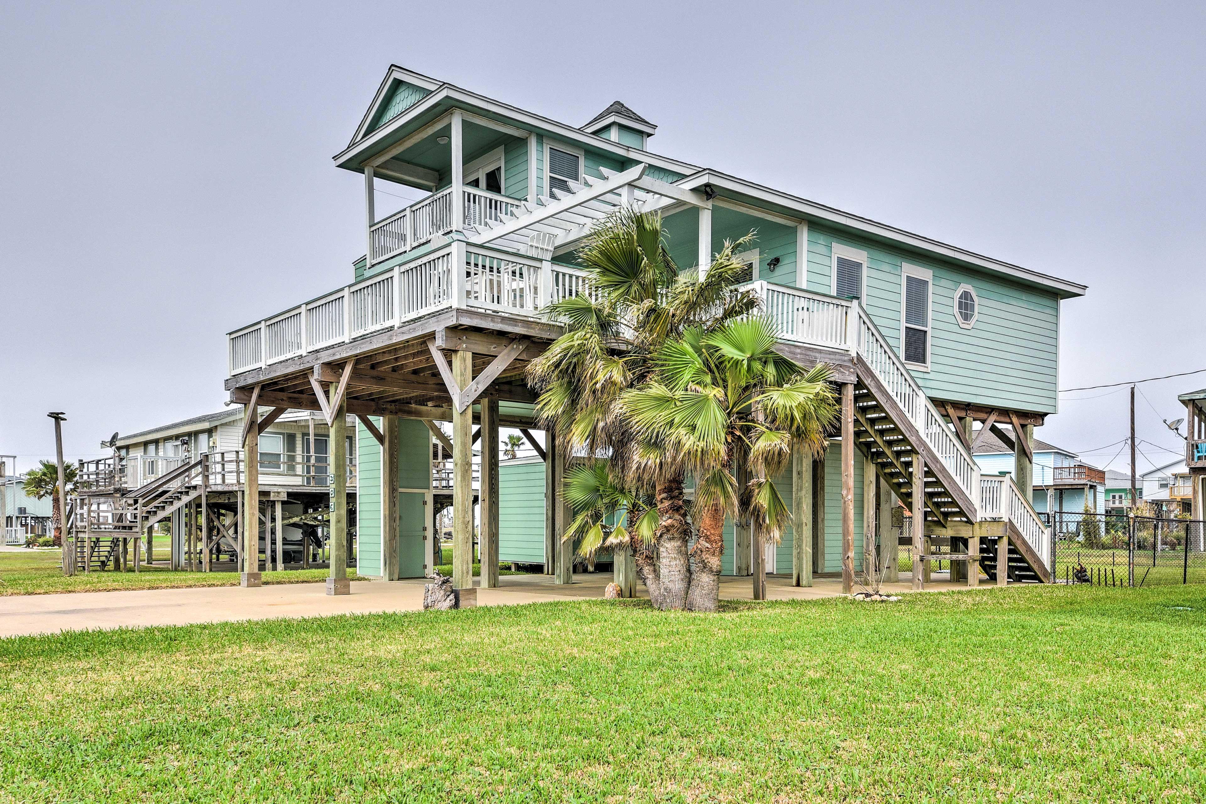 Exterior   Private Deck & Balcony   Yard   Walk to Beach