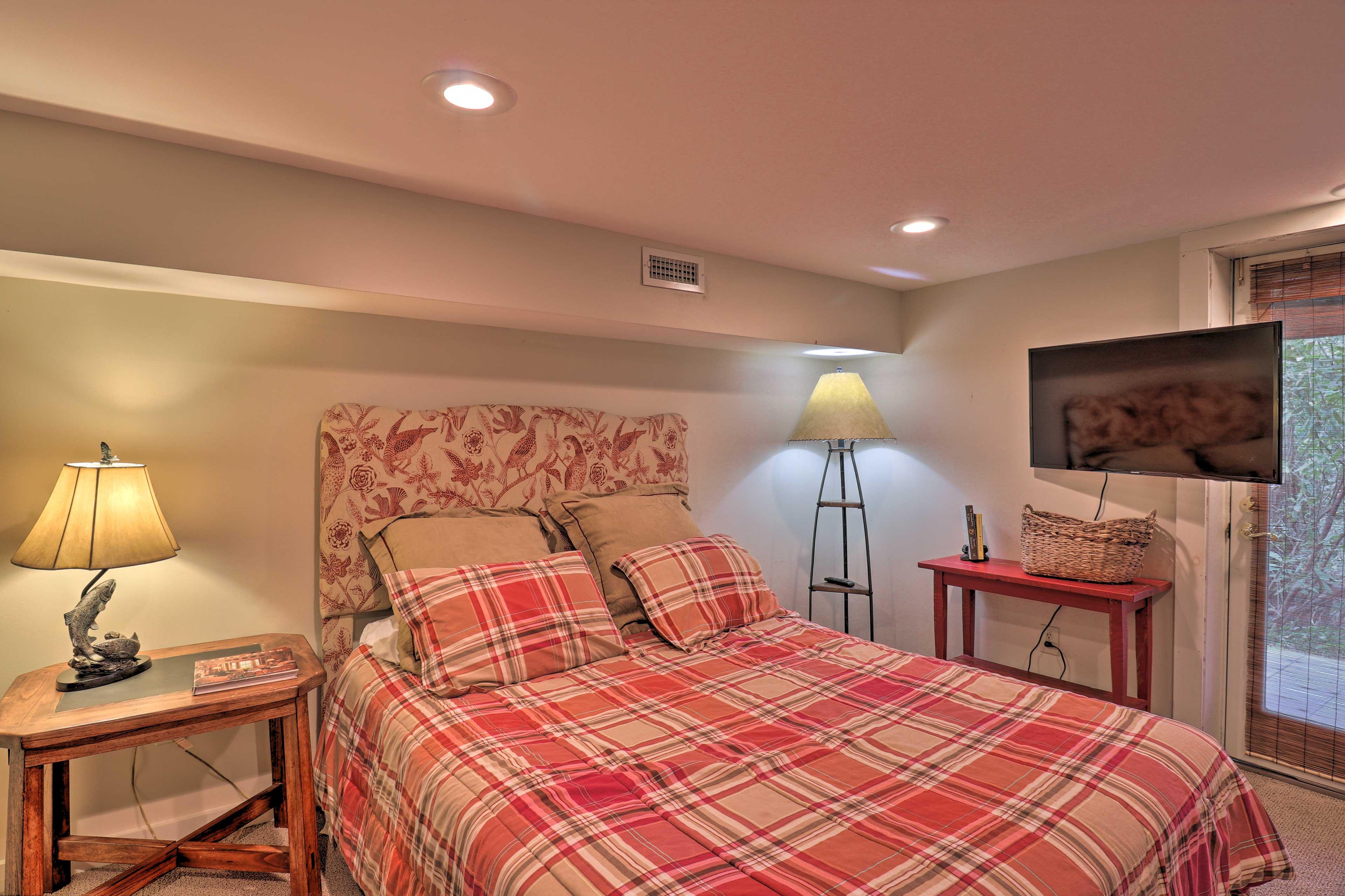 Bedroom 2 (Suite)   Queen Bed   Downstairs   Satellite TV