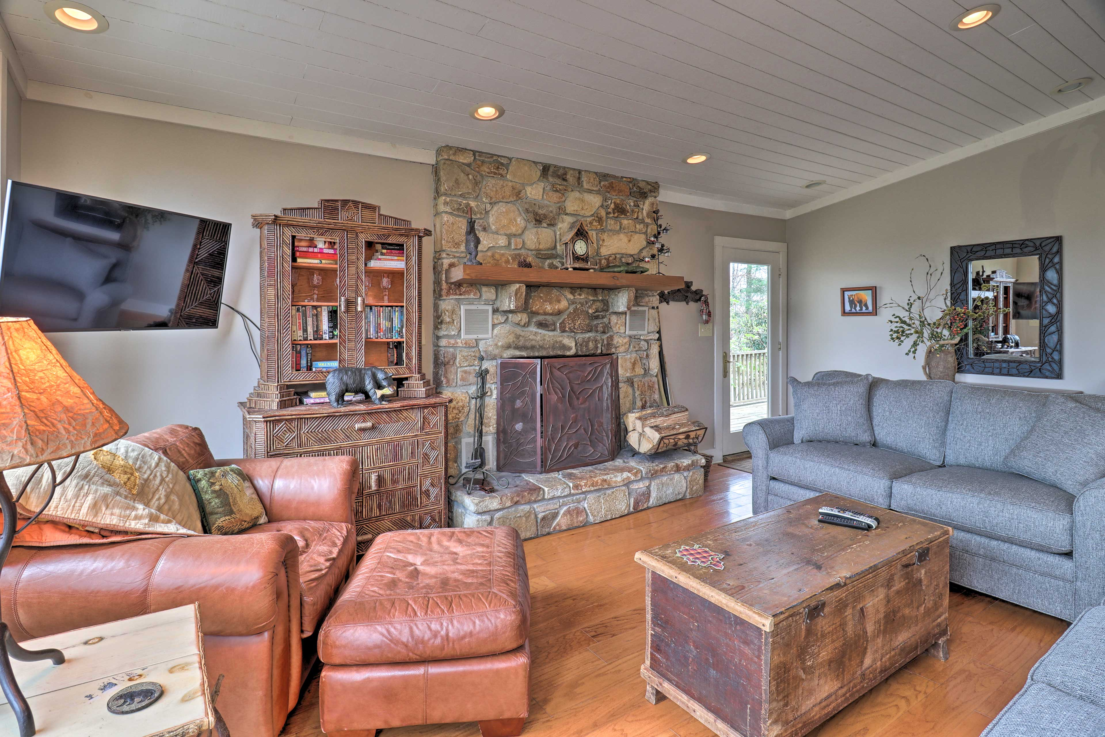 Living Room   Wood-Burning Fireplace   Central A/C & Heating   Free WiFi