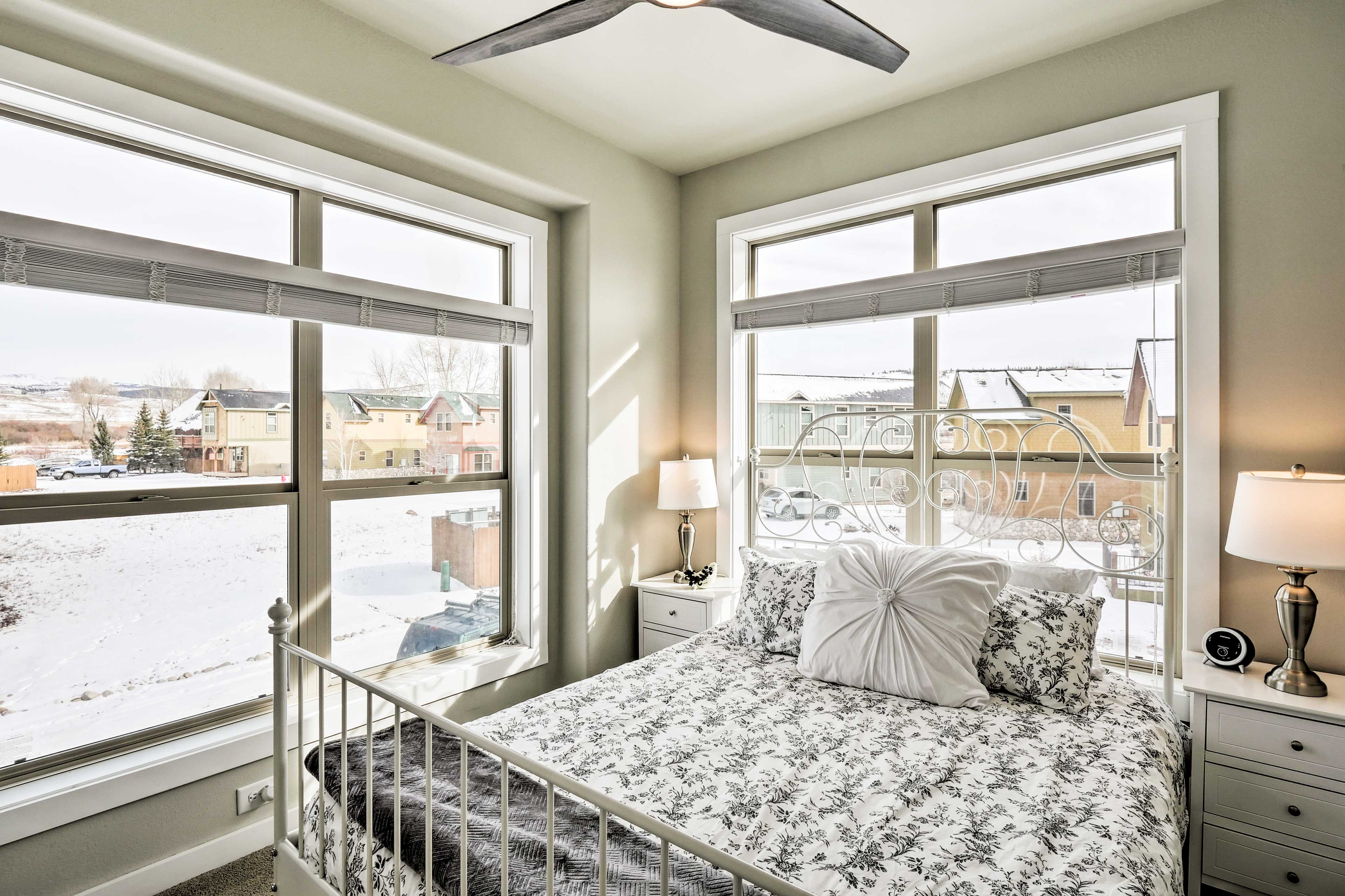 Curl up in this queen bed and wake up next to mountain vistas.
