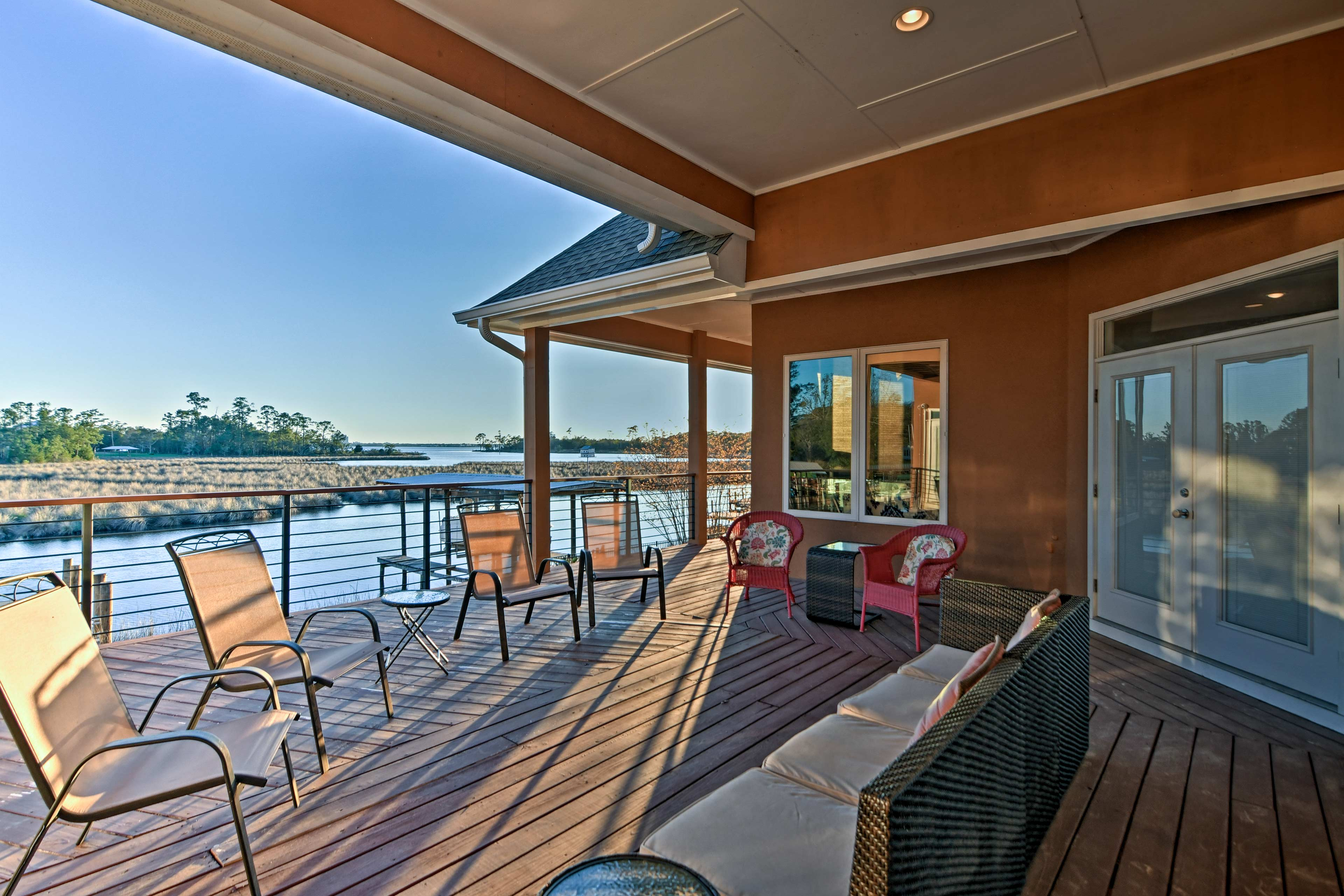 Share family barbecues on the mid-level deck.
