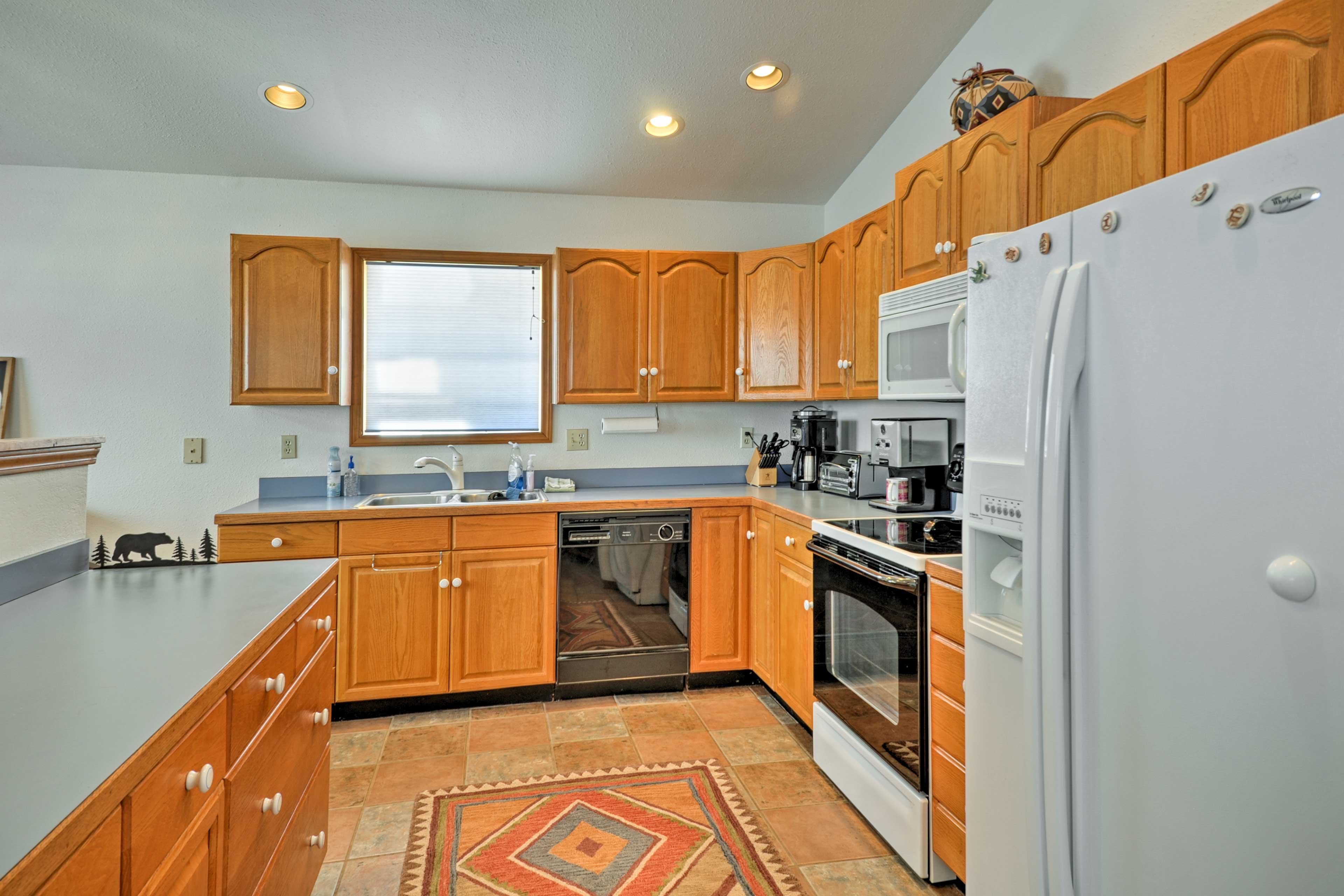 The kitchen comes fully equipped with all of your essential cooking appliances.