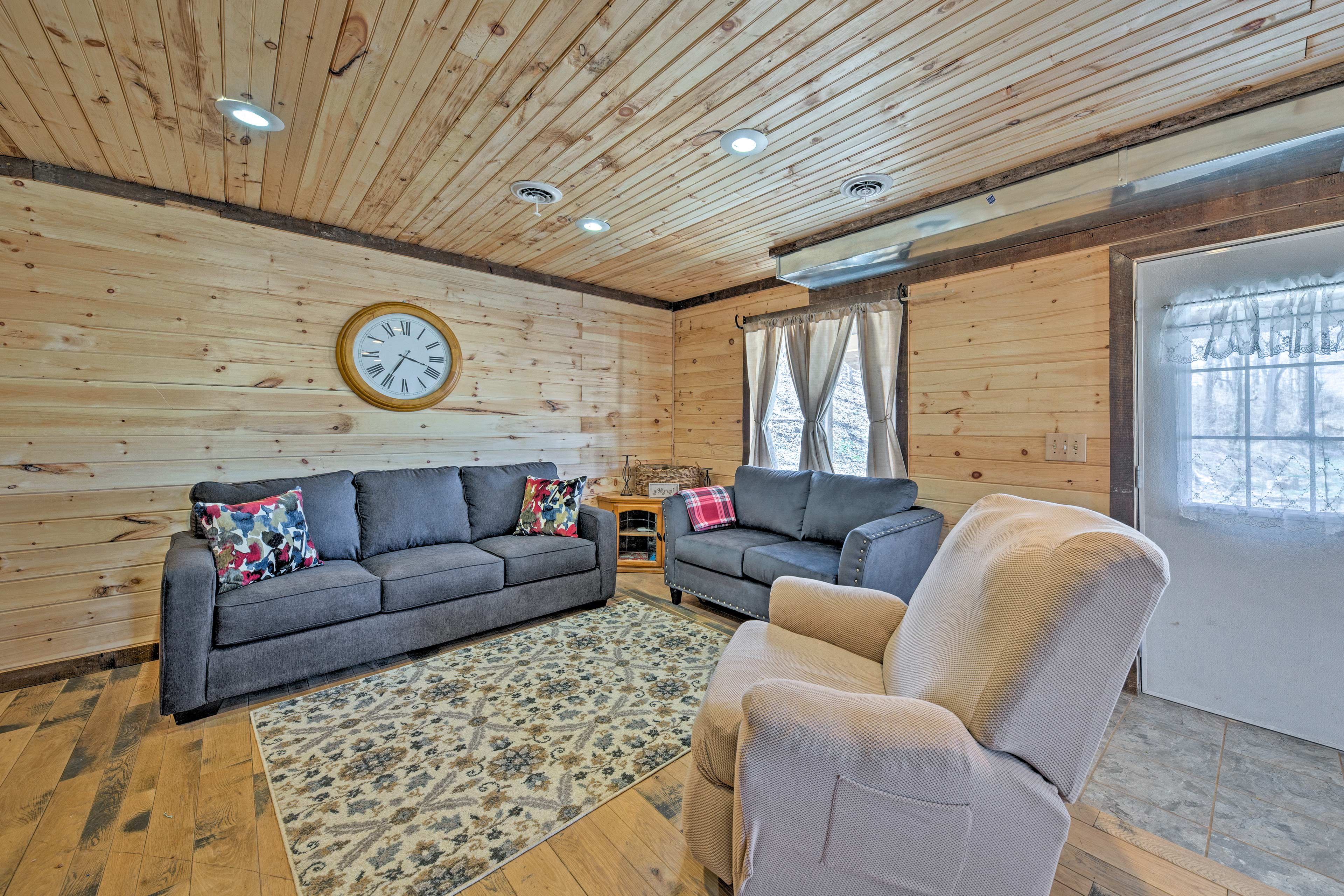 Inside you'll discover 2 bedrooms, 1 bathroom, and sleeping for 14.