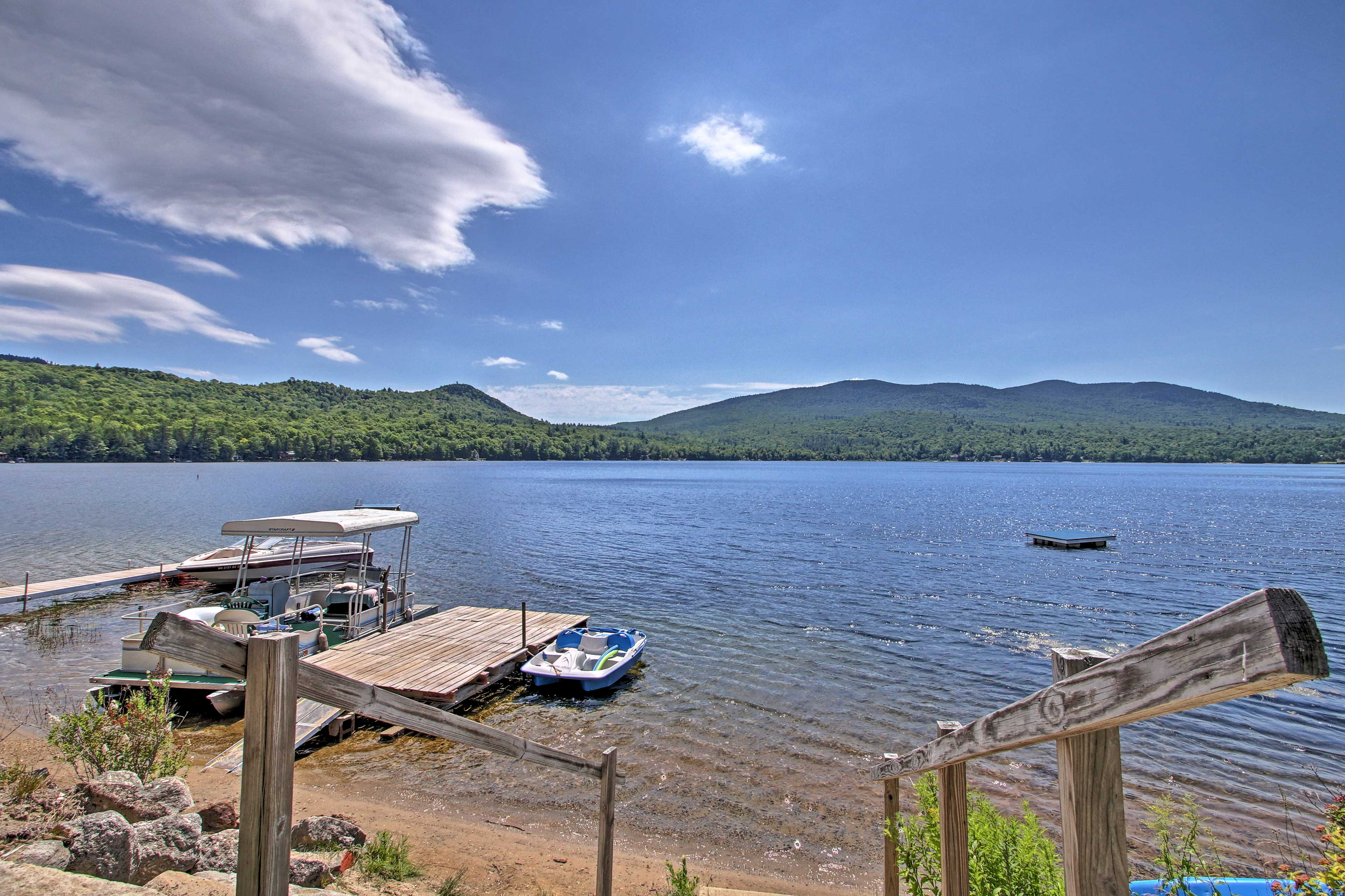 Retreat to this 2-bed, 2-bath vacation rental cottage on Lake Stinson!