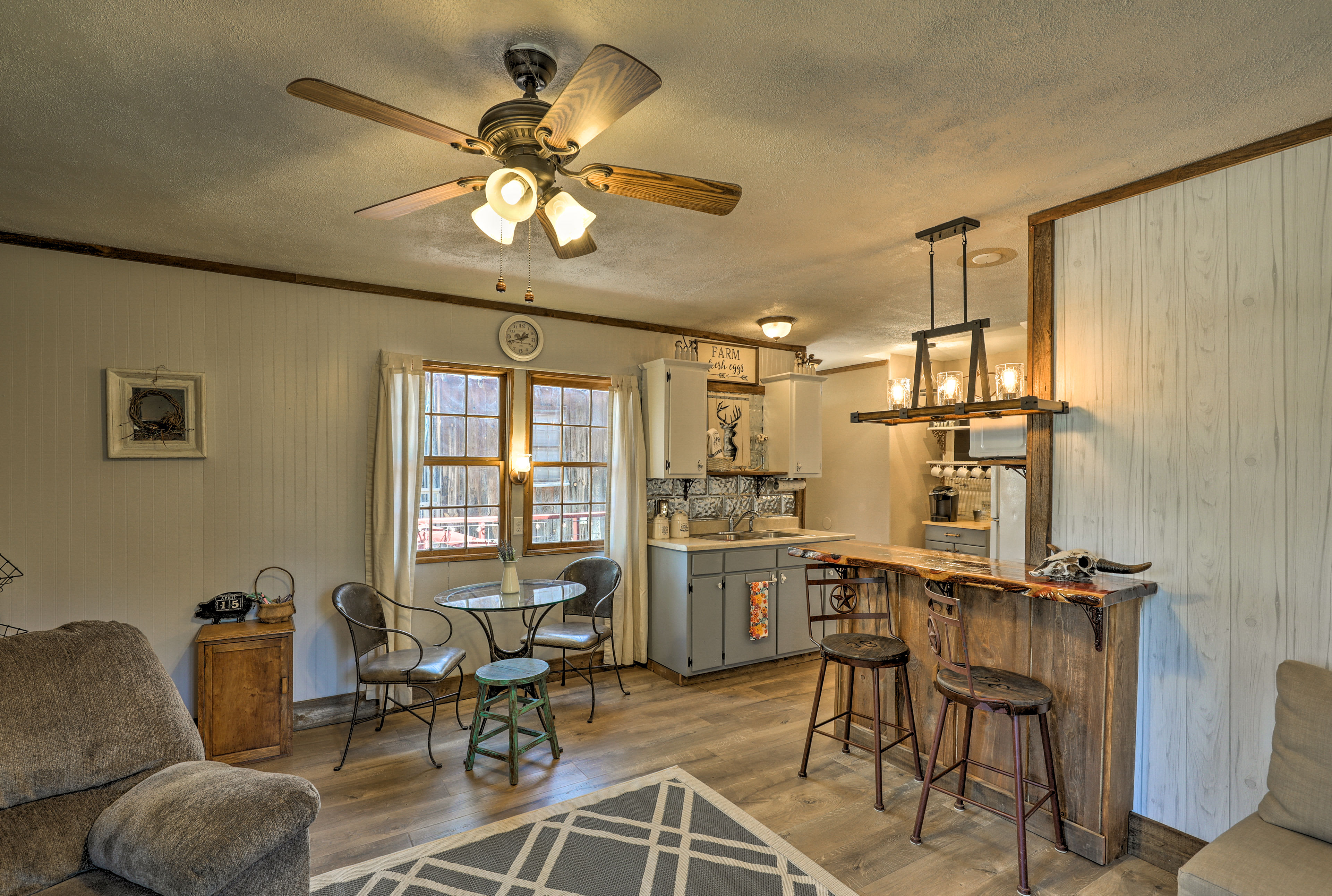 The wood accents enhance a cozy mountian charm.