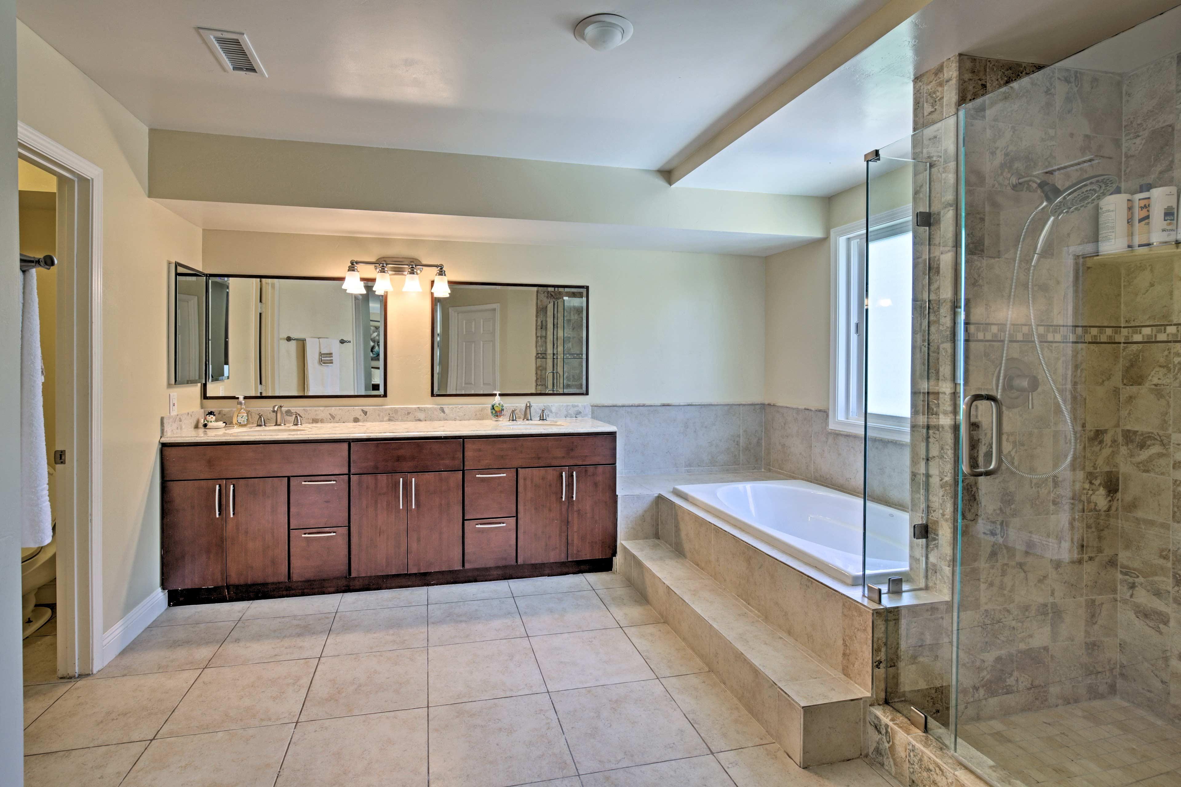 Freshen up in the lavish en-suite bath, with a garden tub & walk-in shower.