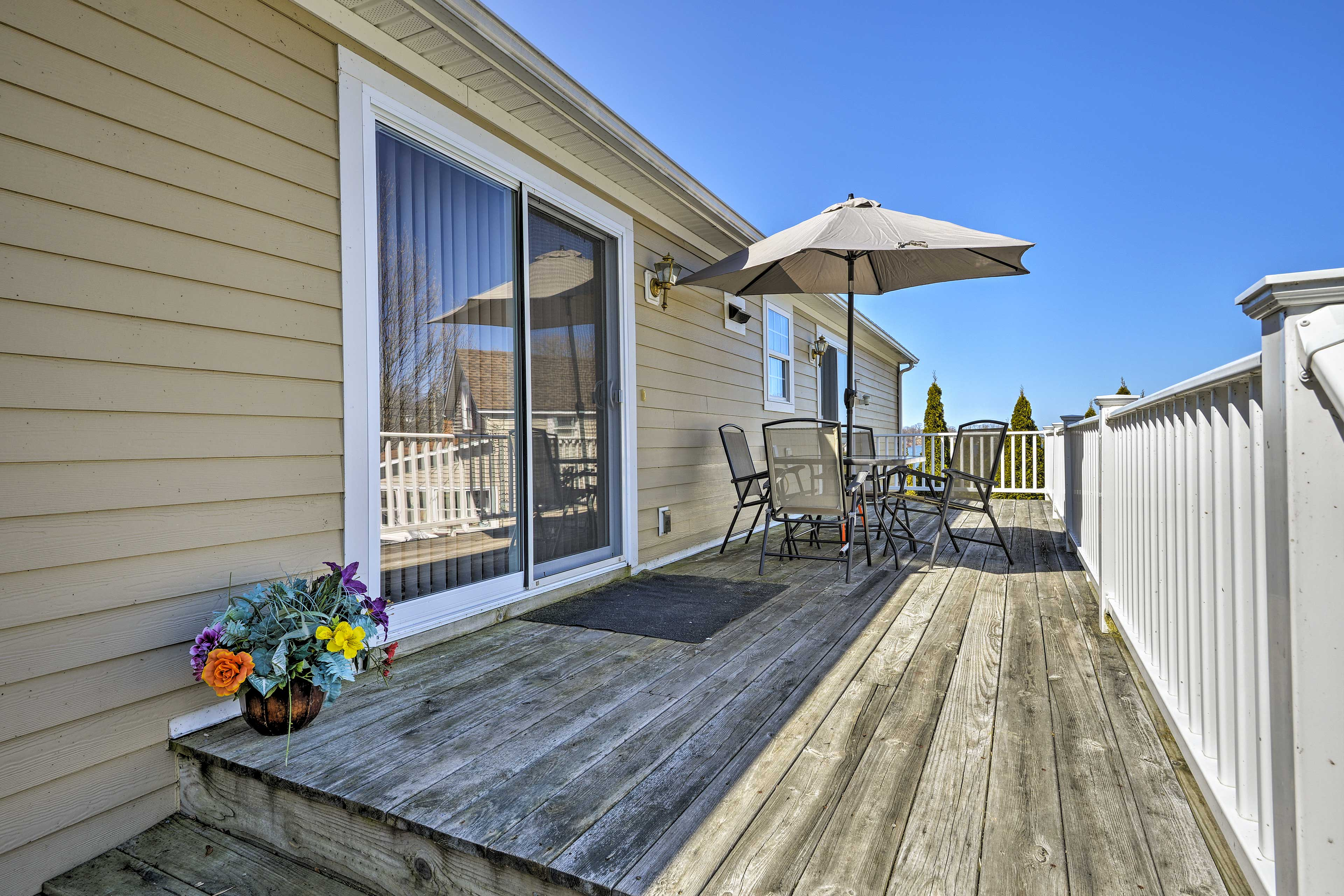 Walk out to the deck and dine al fresco.