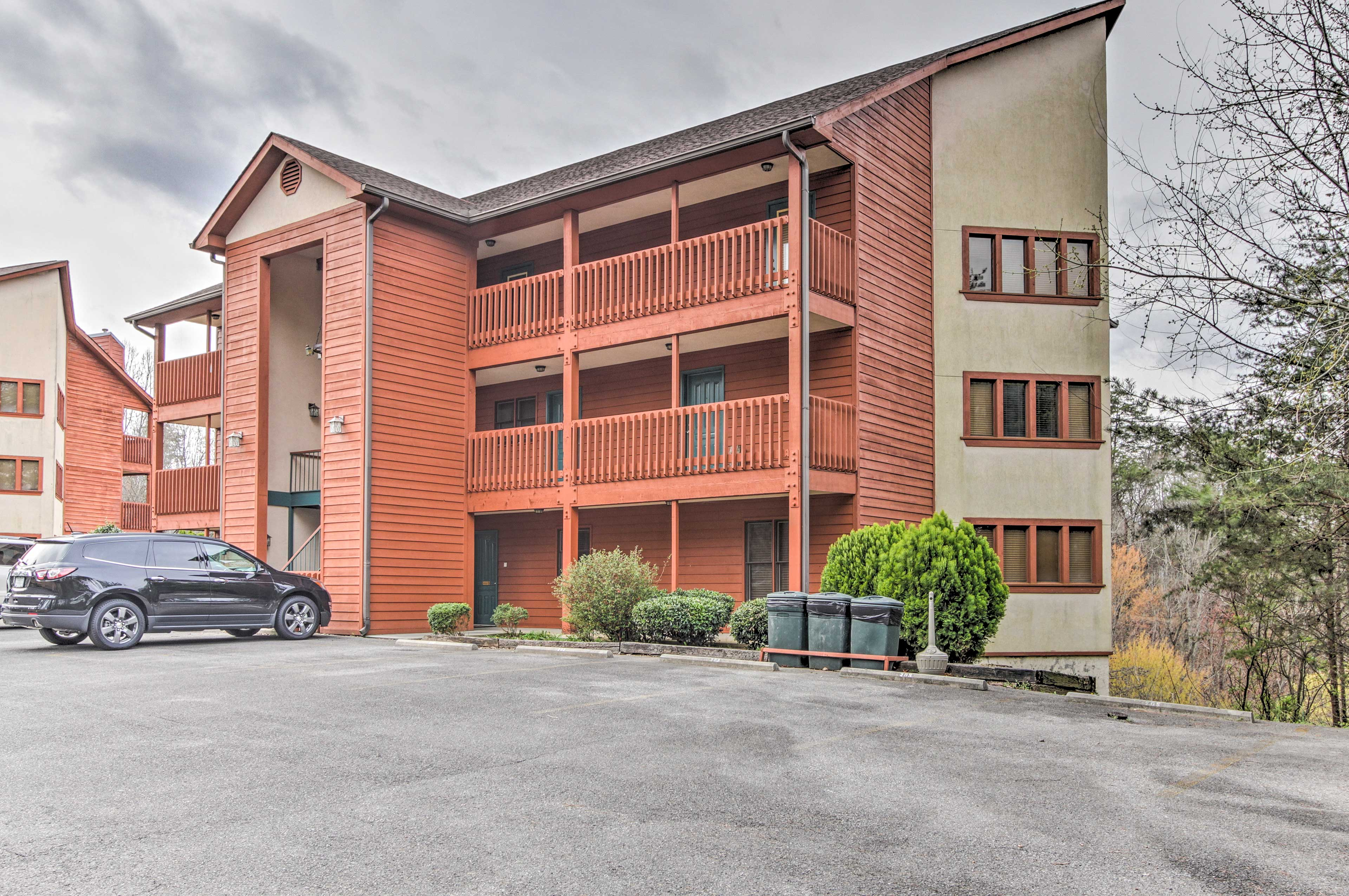 This complex boasts a location next door to Dollywood!