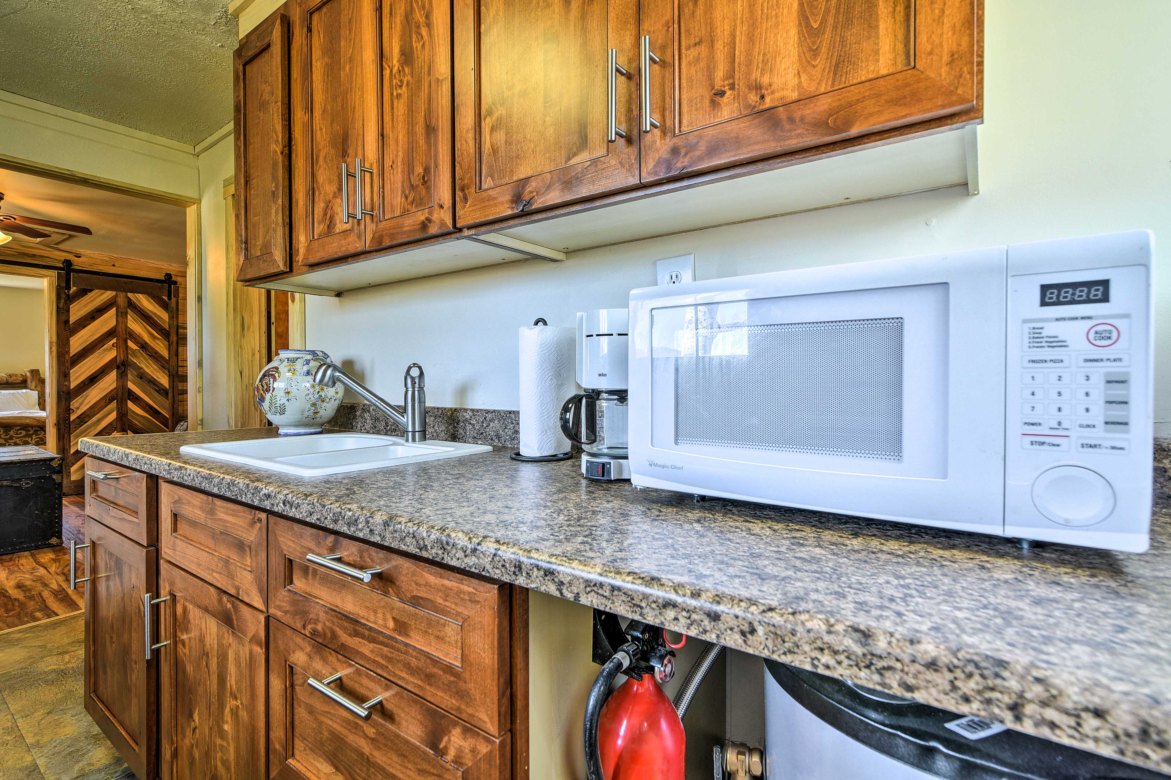 The well-equipped kitchen has everything you need to prepare delicious meals.