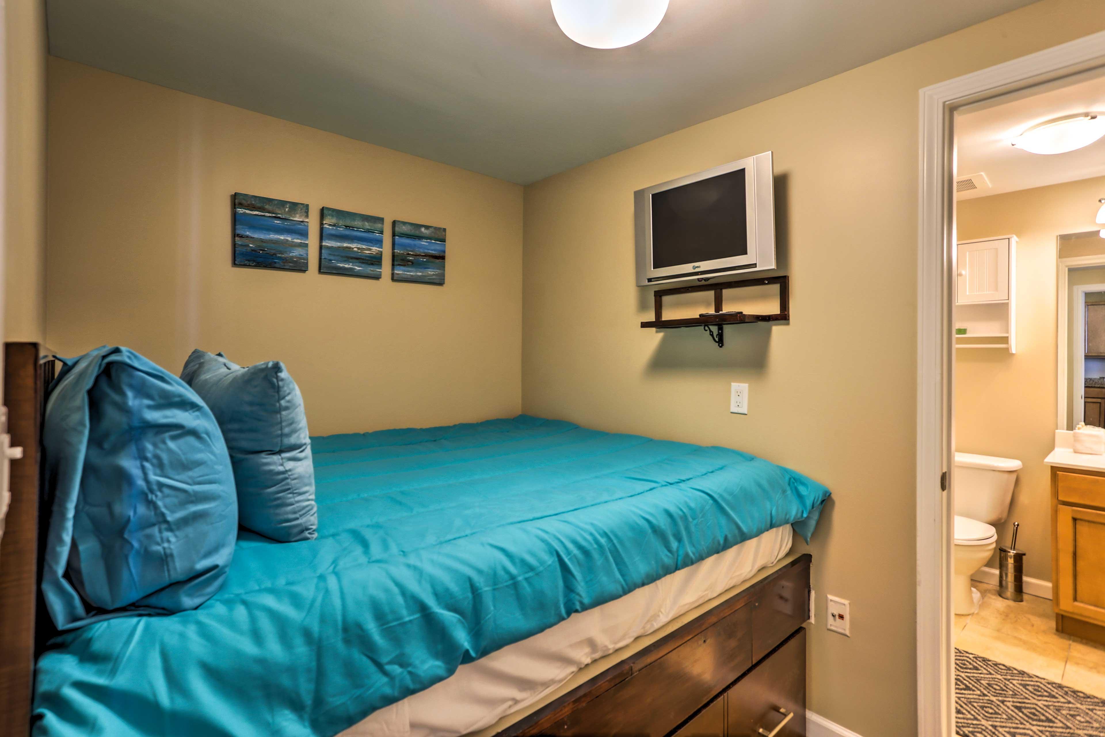 This bedroom offers 1 queen bed.