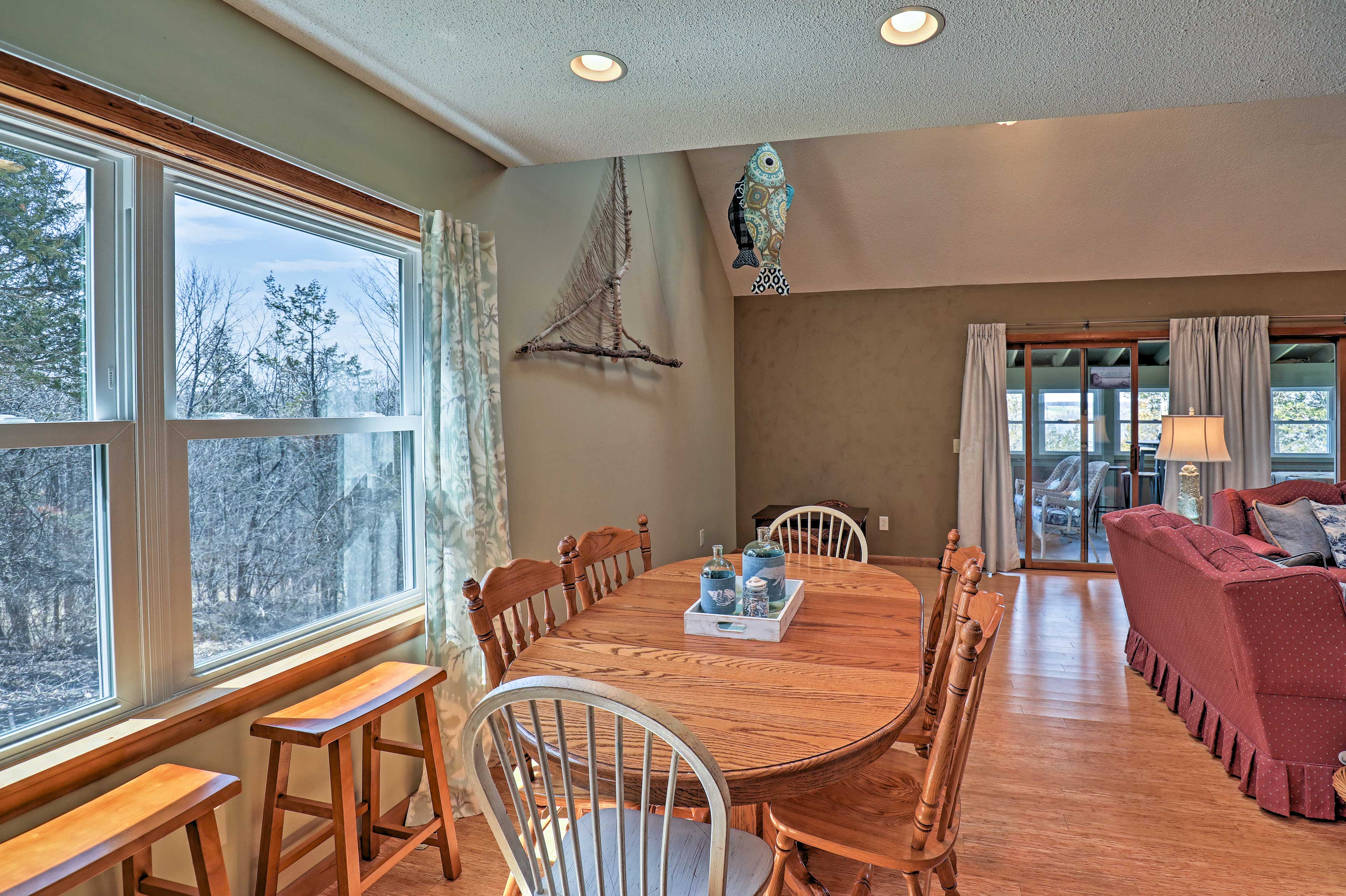 Enjoy family meals at the 6-person dining table.