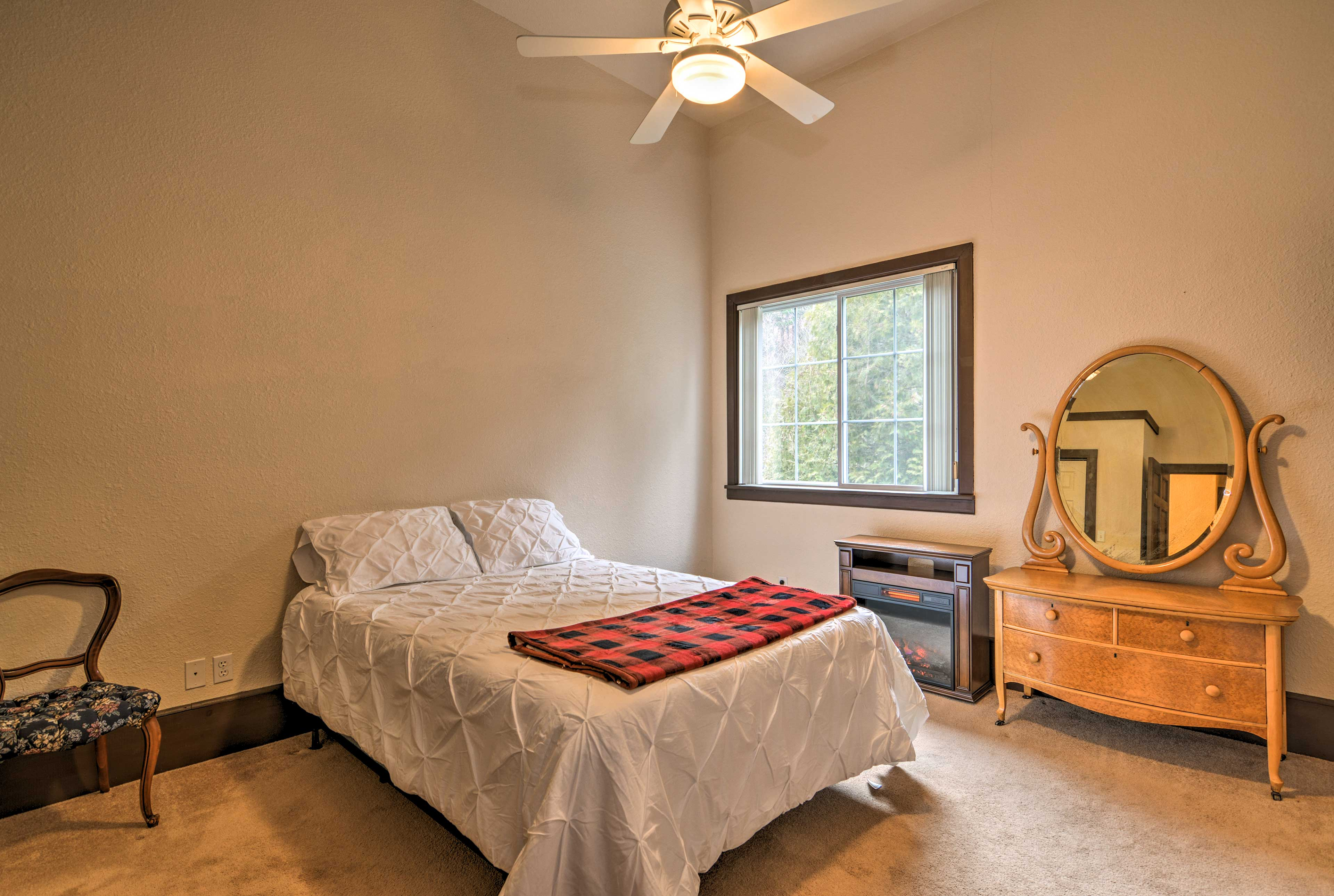 This room also hosts a queen bed for restful slumbers.