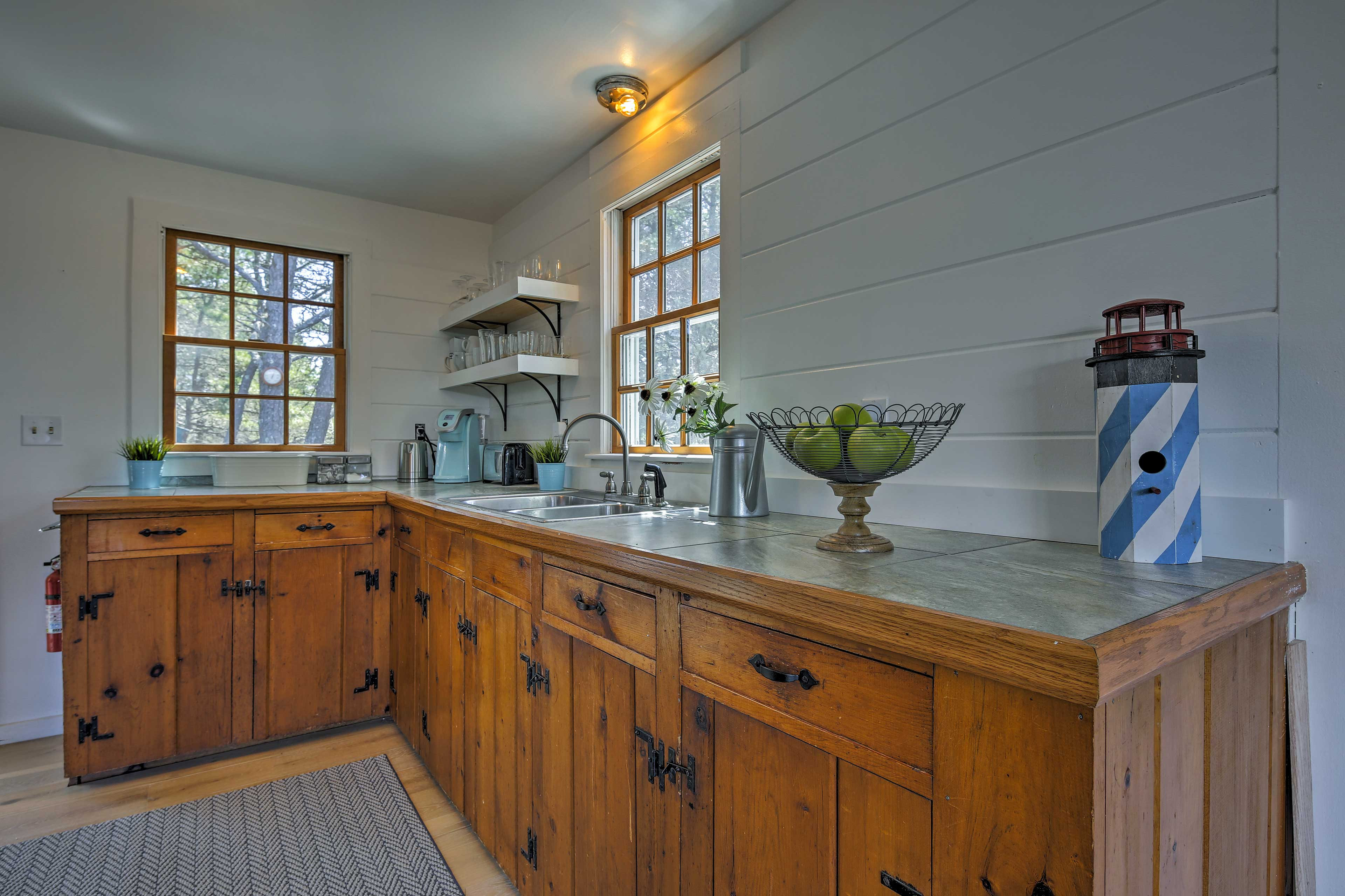 Prepare a picnic for the beach in the well-equipped kitchen.