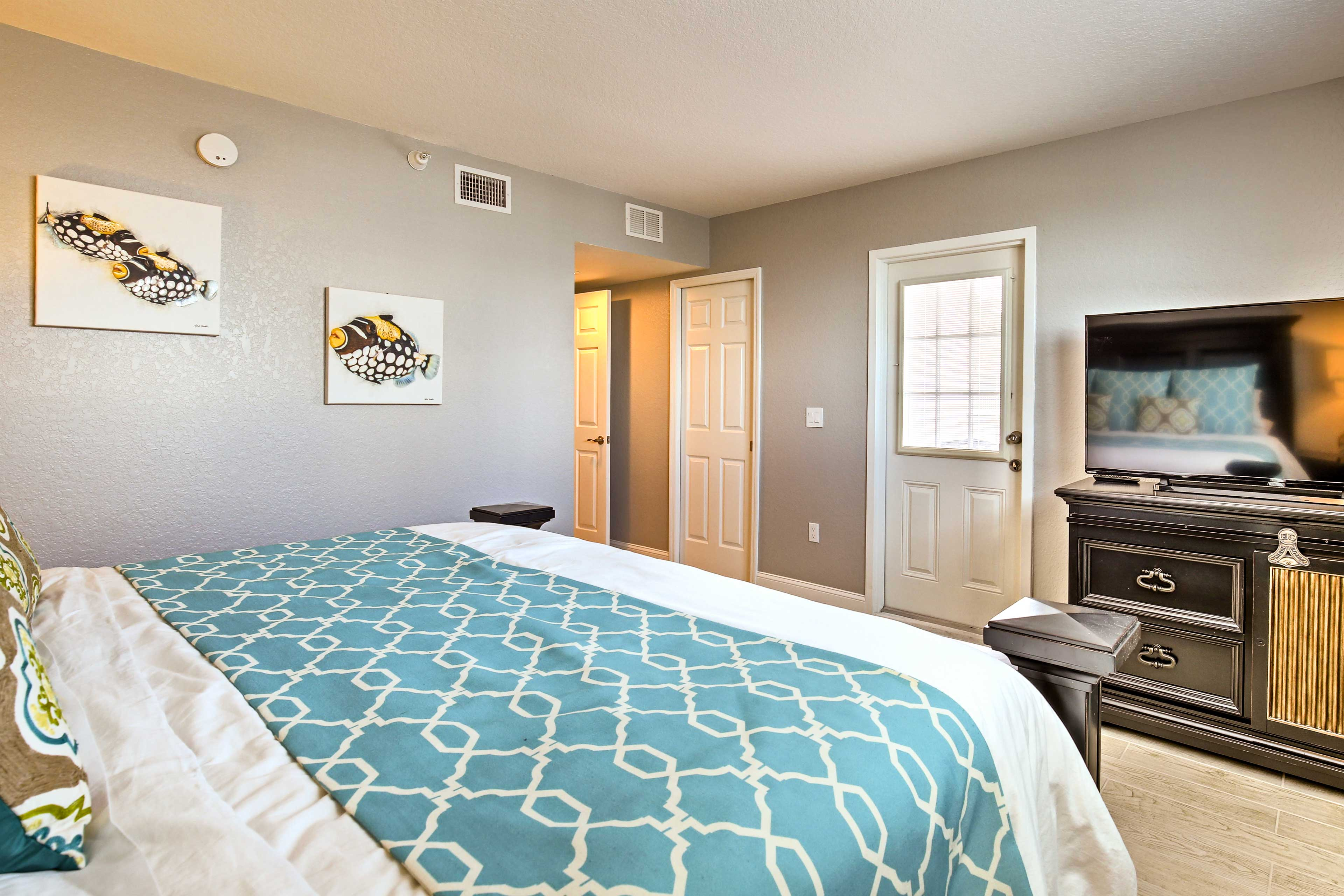 The room features a king bed and flat-screen cable TV.