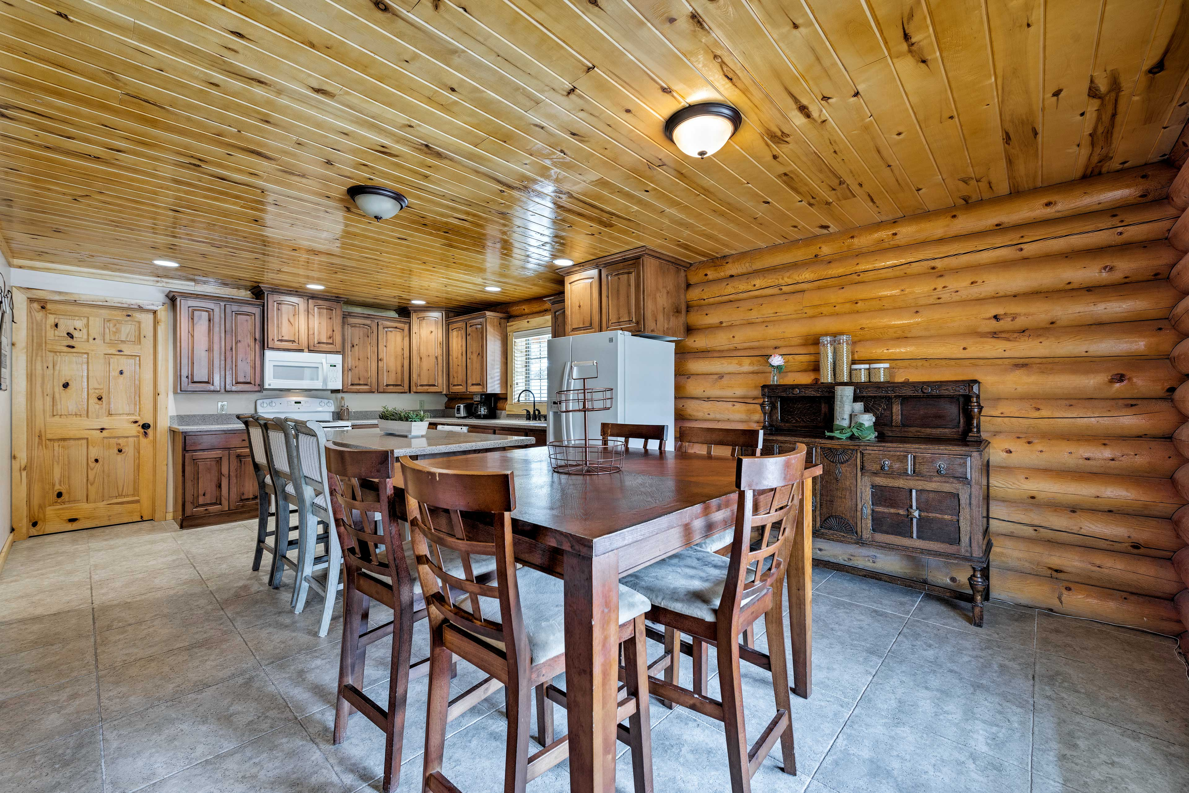 Enjoy family meals at the 4-person dining table or kitchen counter.