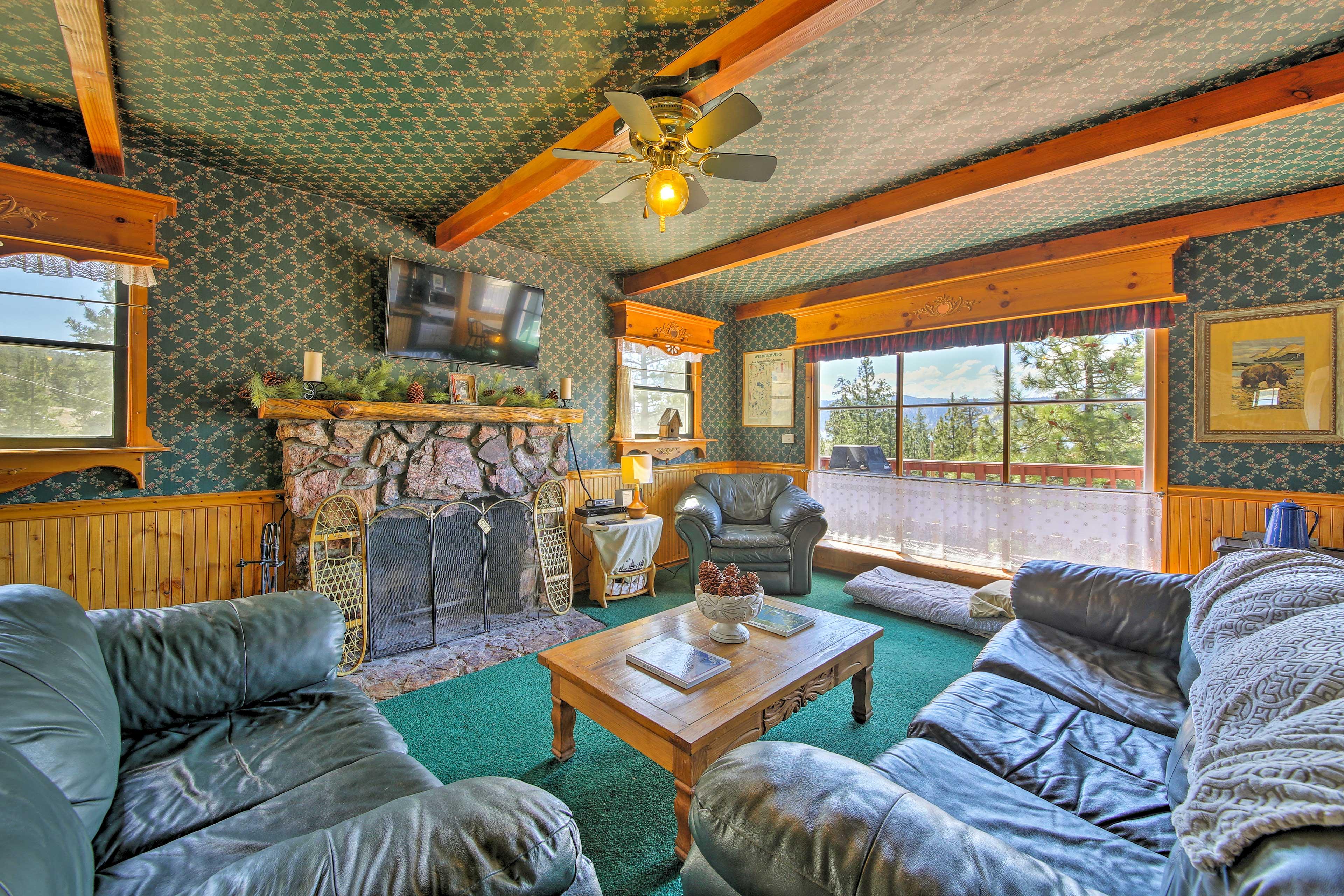Unwind in this 1-bedroom, 1-bathroom vacation rental cabin in Fawnskin.