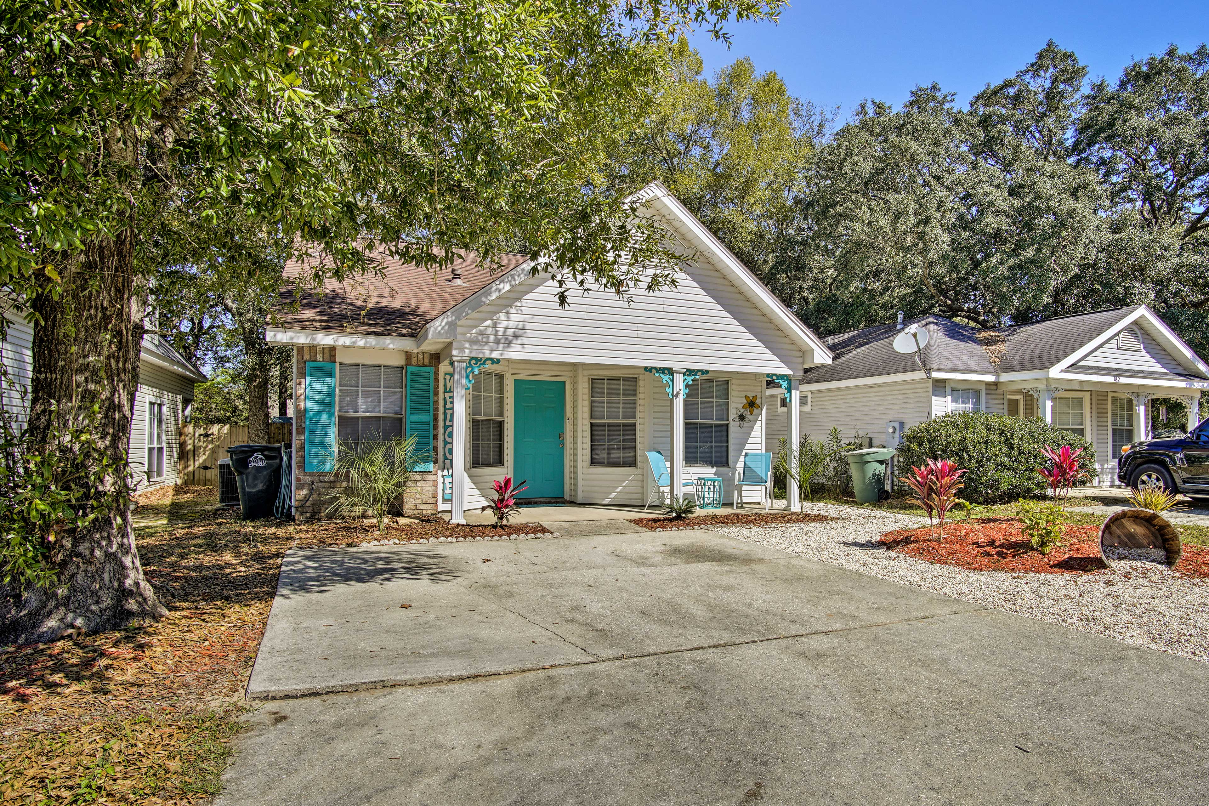 The porch is complete with turquoise accents that mimic colors in Escambia Bay!