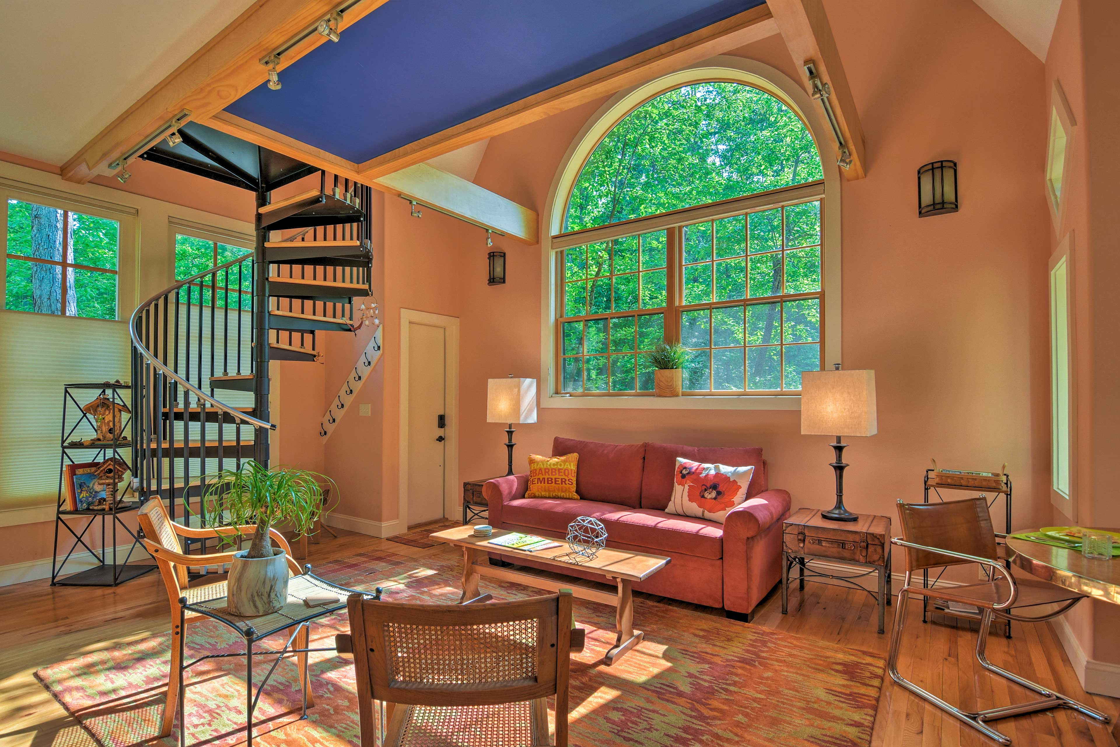 This cheery studio comfortably sleeps 6 lucky guests.