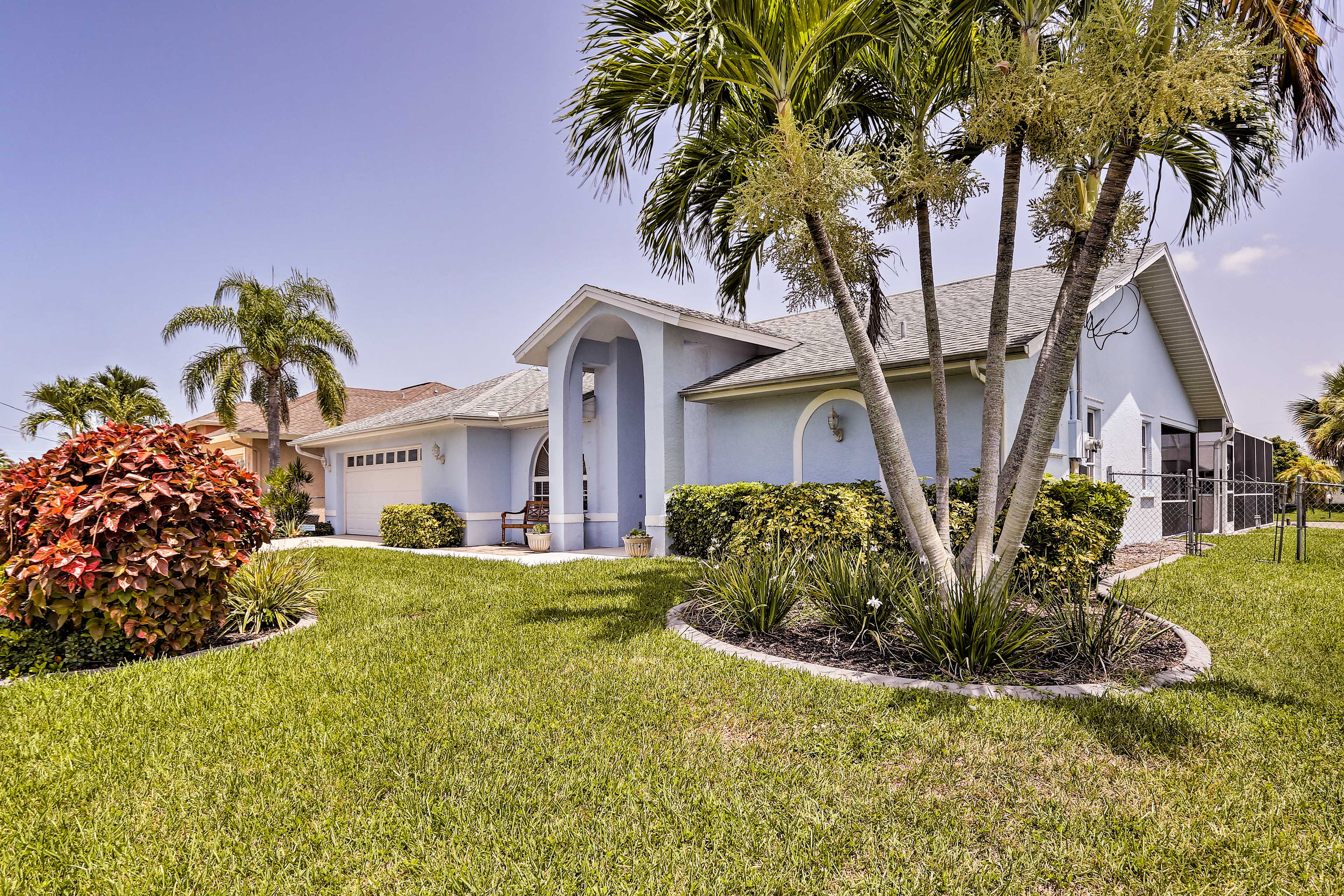 This modern Florida home sleeps 8 with 3 bedrooms and 2 bathrooms.